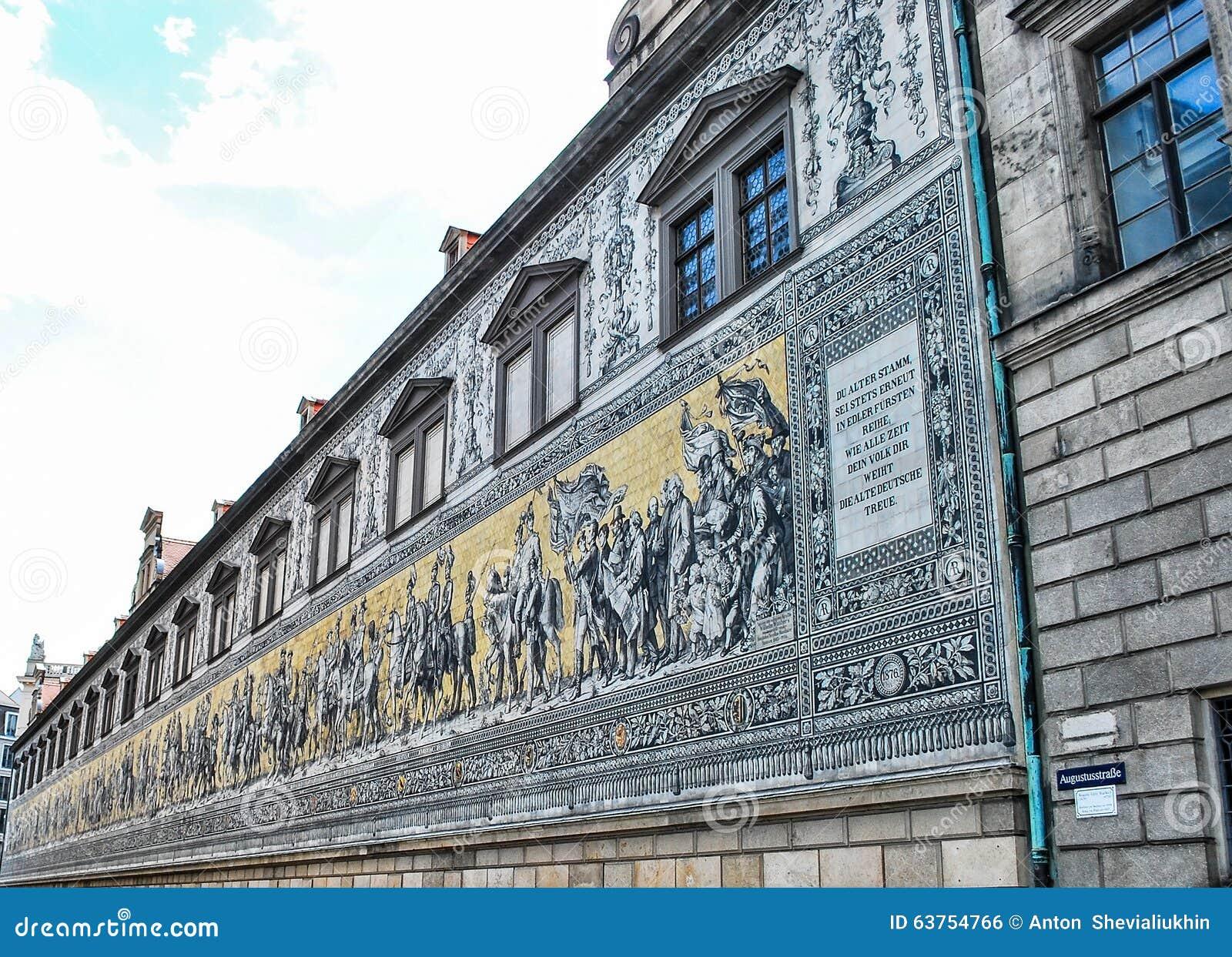 Царственное шествие Fyurstentsug - известные крыть черепицей черепицей панели стены в Дрездене, Германии