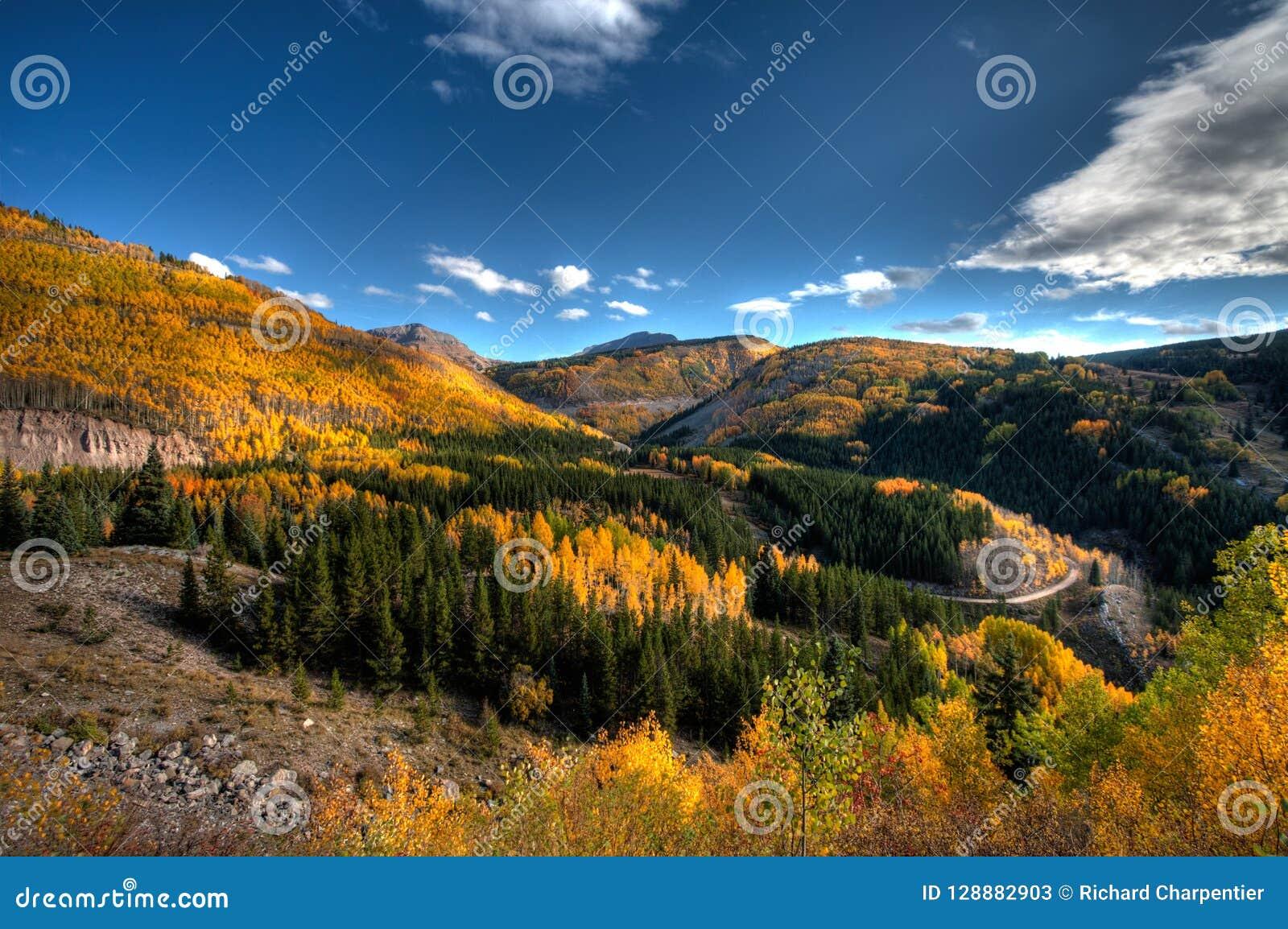 Цвета падения Колорадо около Silverton CO вдоль привода горизонта