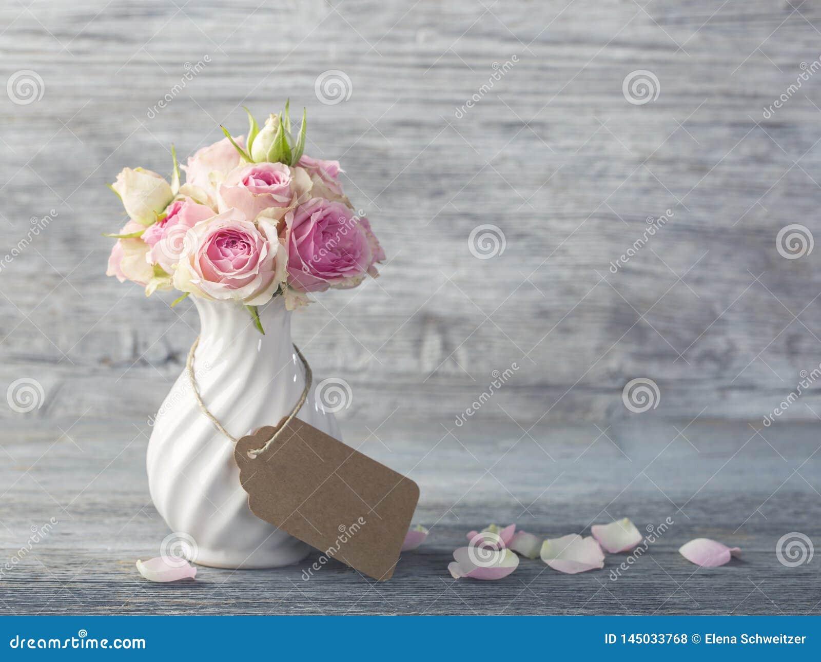 Цветки в белой вазе
