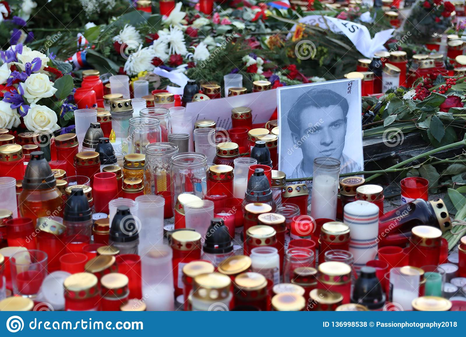 Цветки и свечи помещенные в Праге на квадрате St Wenceslas для того чтобы чествовать пятидесятую годовщину смерти мученика января