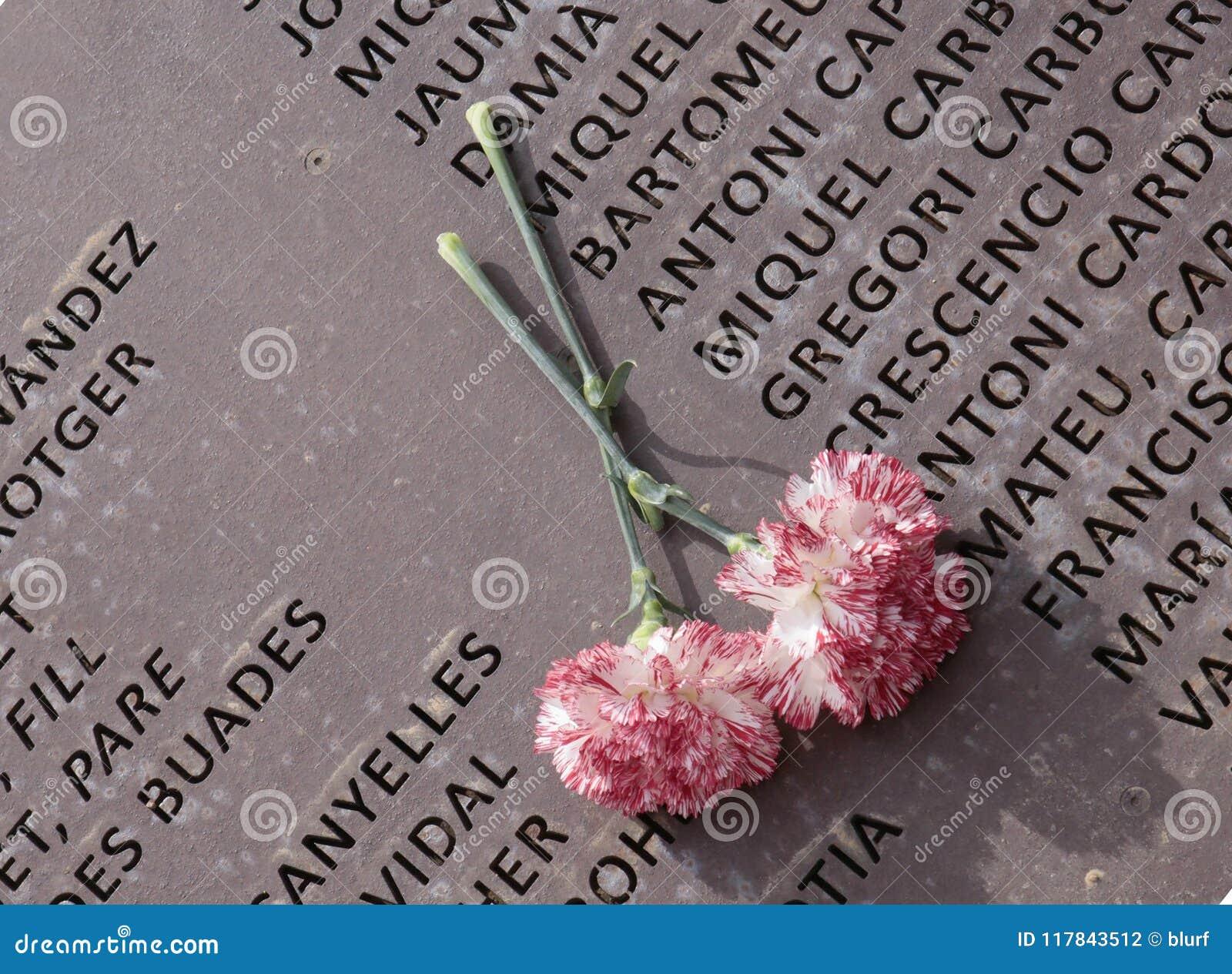 Цветки над памятью огораживают мемориальную могилу в mallorca