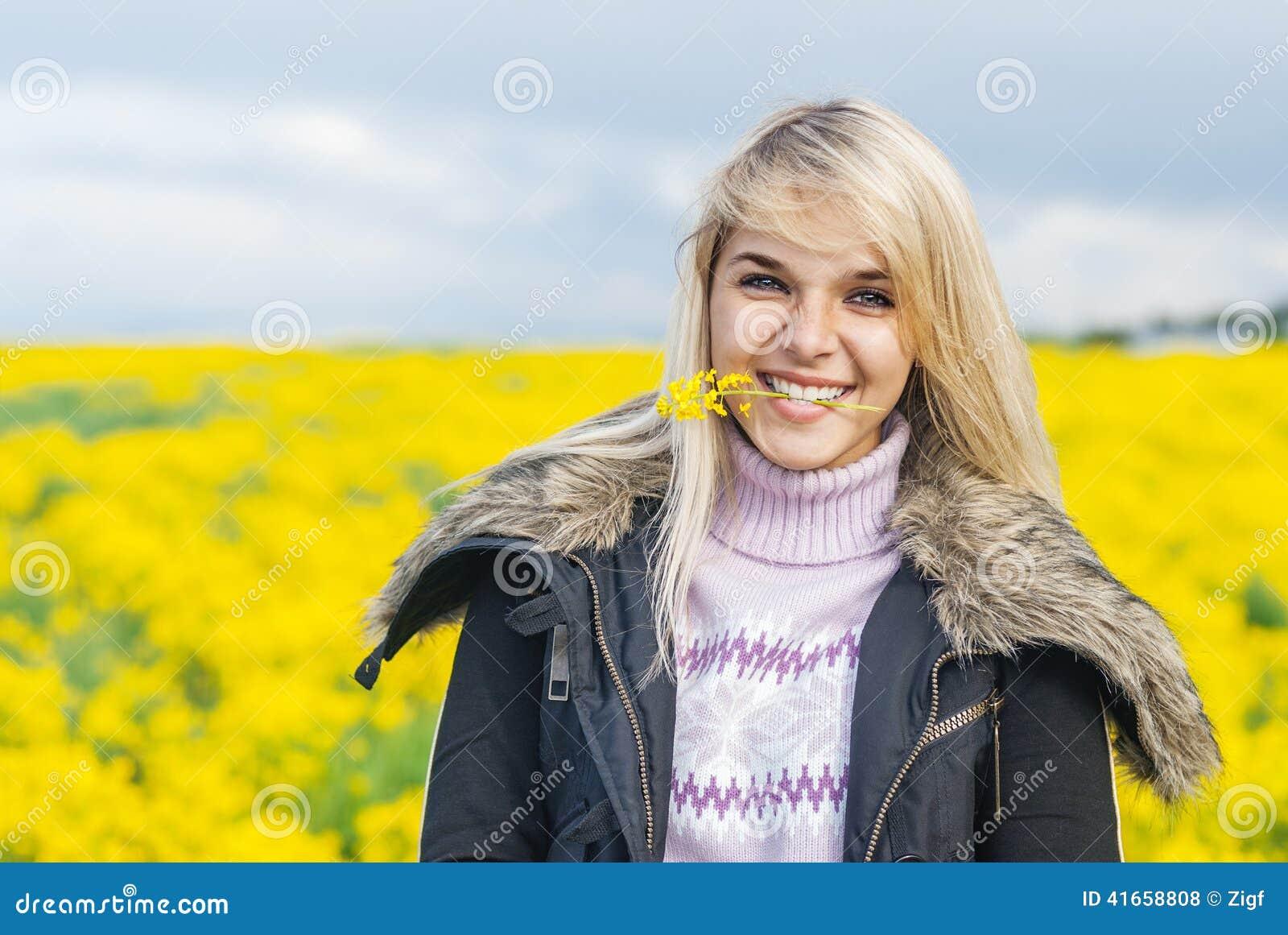 цветок держит женщину зубов