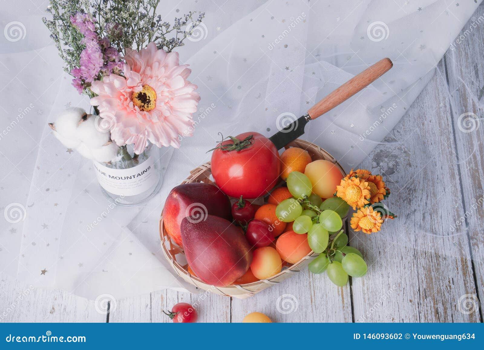 Цветок со свежими фруктами