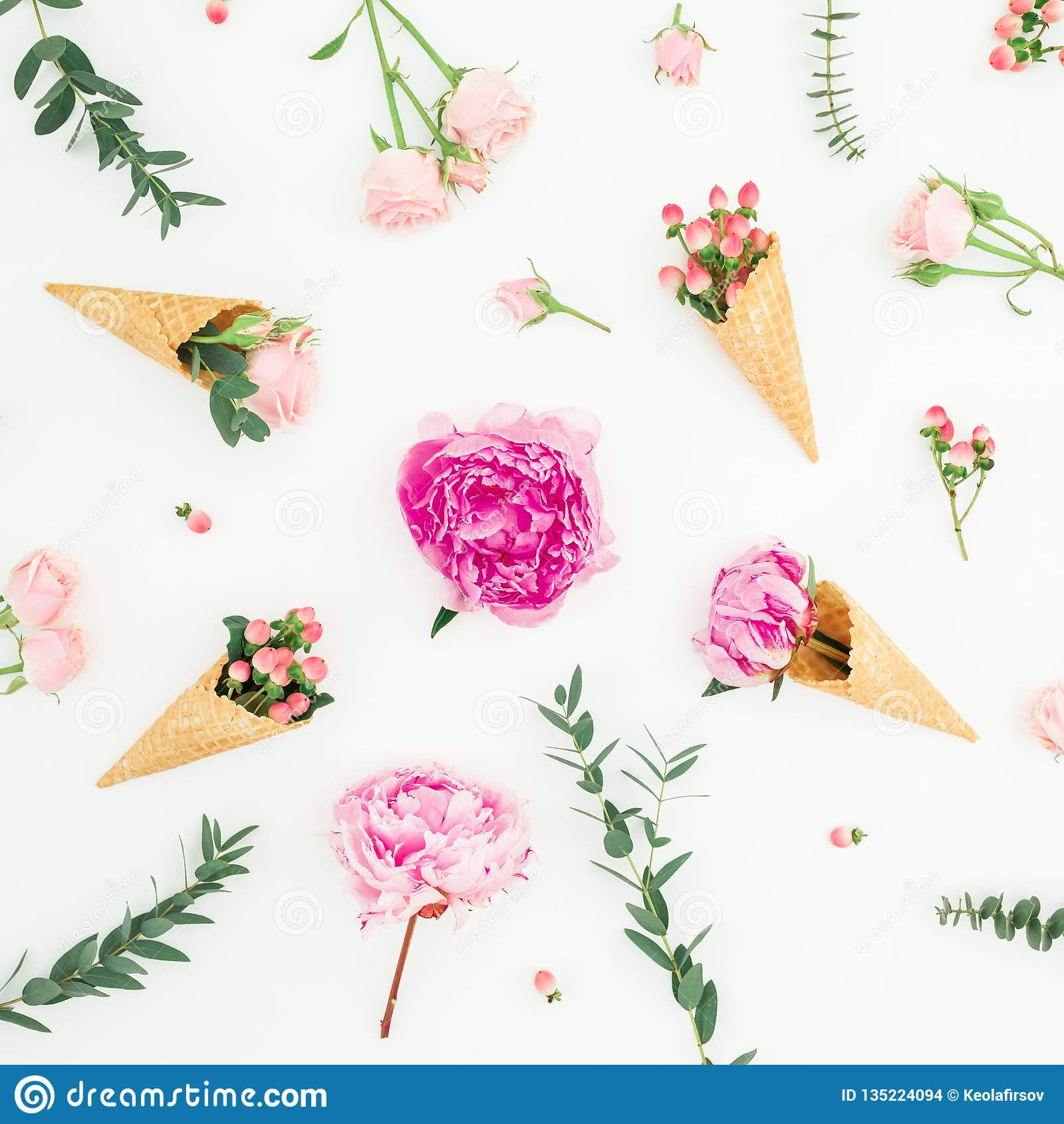 Цветочный узор розовых пионов, лепестков роз, эвкалипта и конусов вафли на белой предпосылке Плоское положение, взгляд сверху