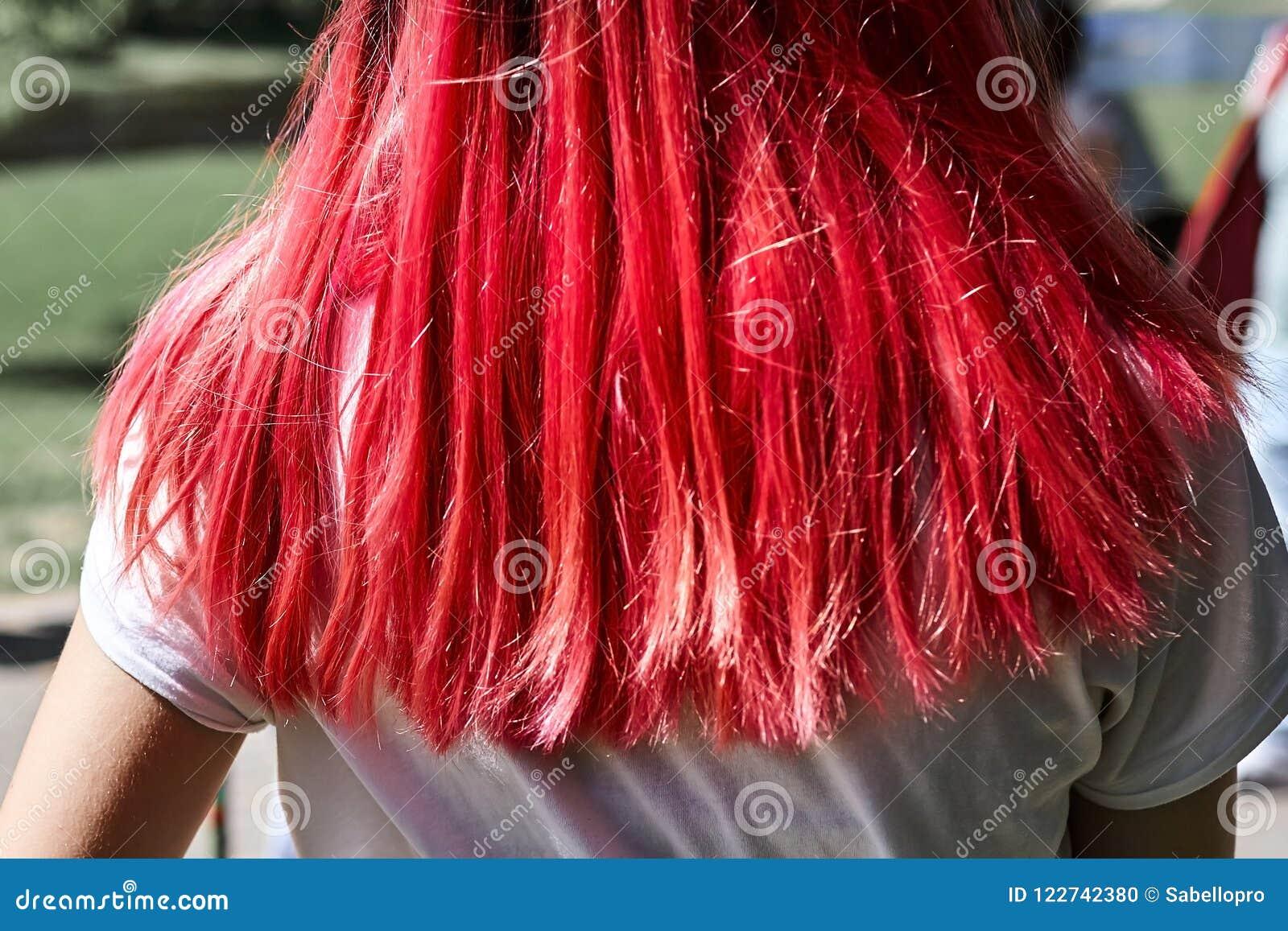 Цвет волос женщины яркий розовый