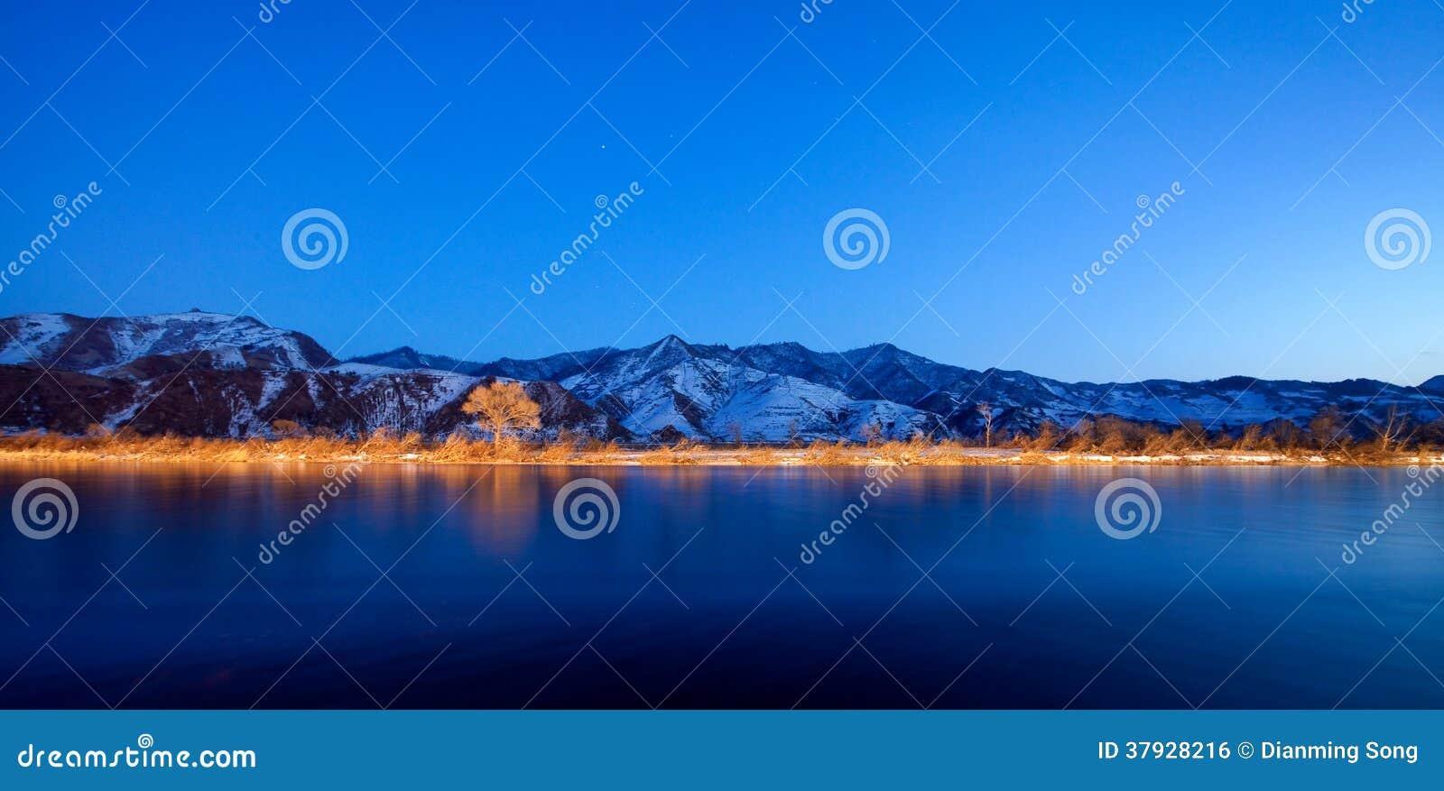 Цвет Река Ялуцзян ночи