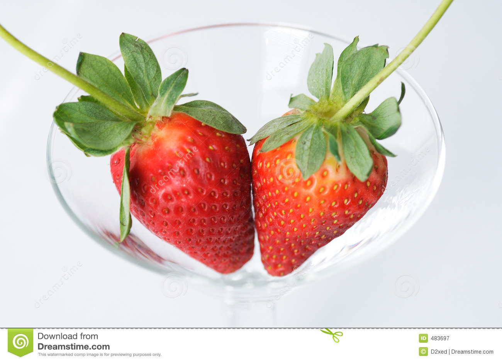 целует клубнику