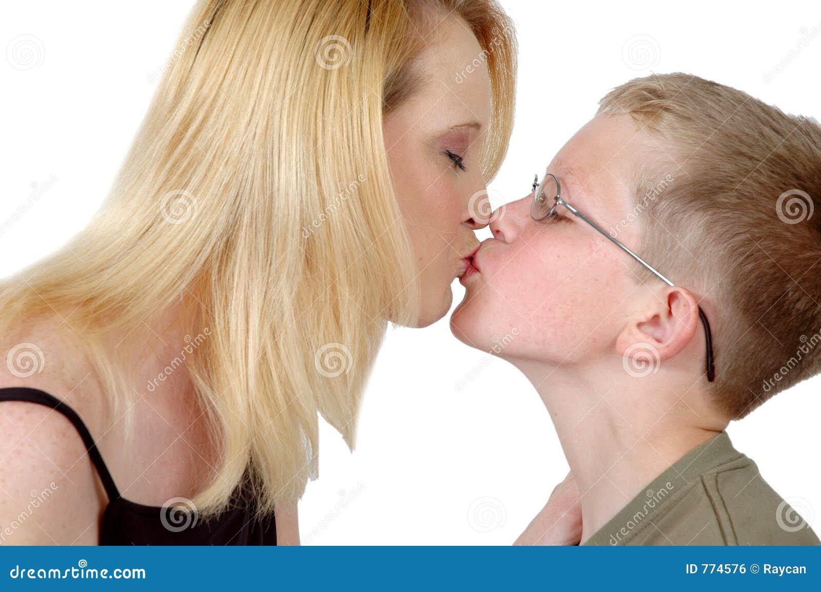 Тетя заставила племянника лизать, Зрелая мадам заставила молодого русского парня 1 фотография