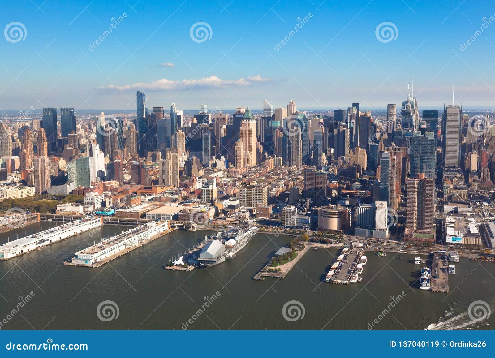 Центр города Манхэттен Нью-Йорка в NYC NY в США Воздушный взгляд вертолета Пристань 84 на парке Гудзона и линия круга осмотр дост