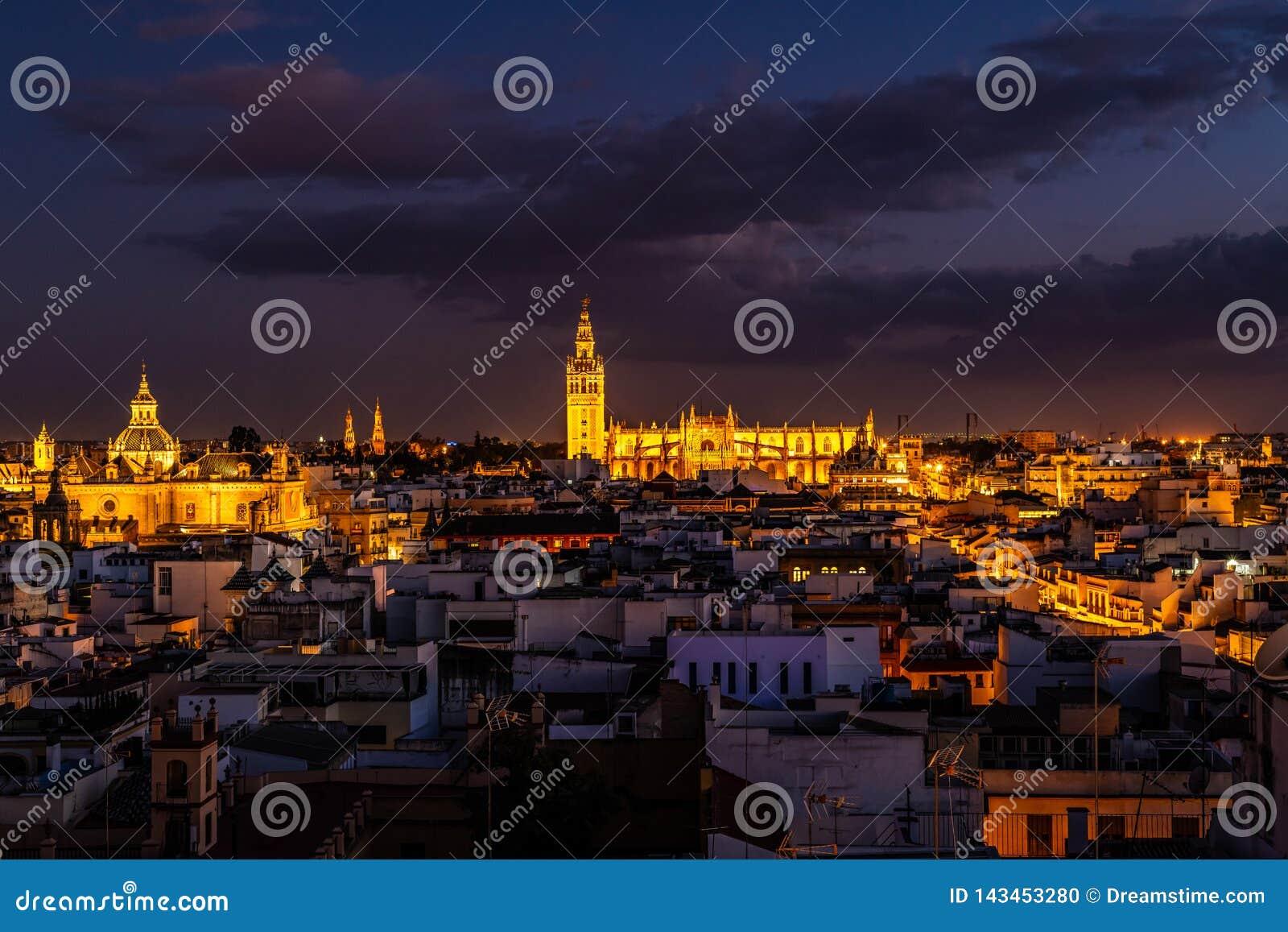 Центр города Севилья и собор вечером