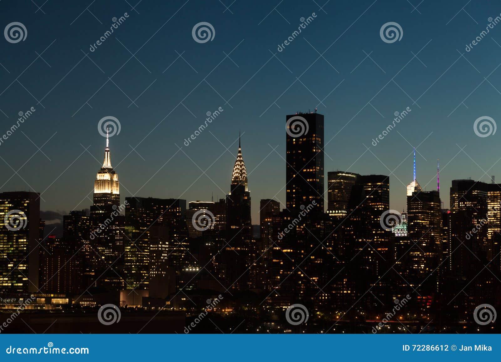 Download Центр города Манхаттан Нью-Йорка на ноче Стоковое Фото - изображение насчитывающей самомоднейше, nighttime: 72286612