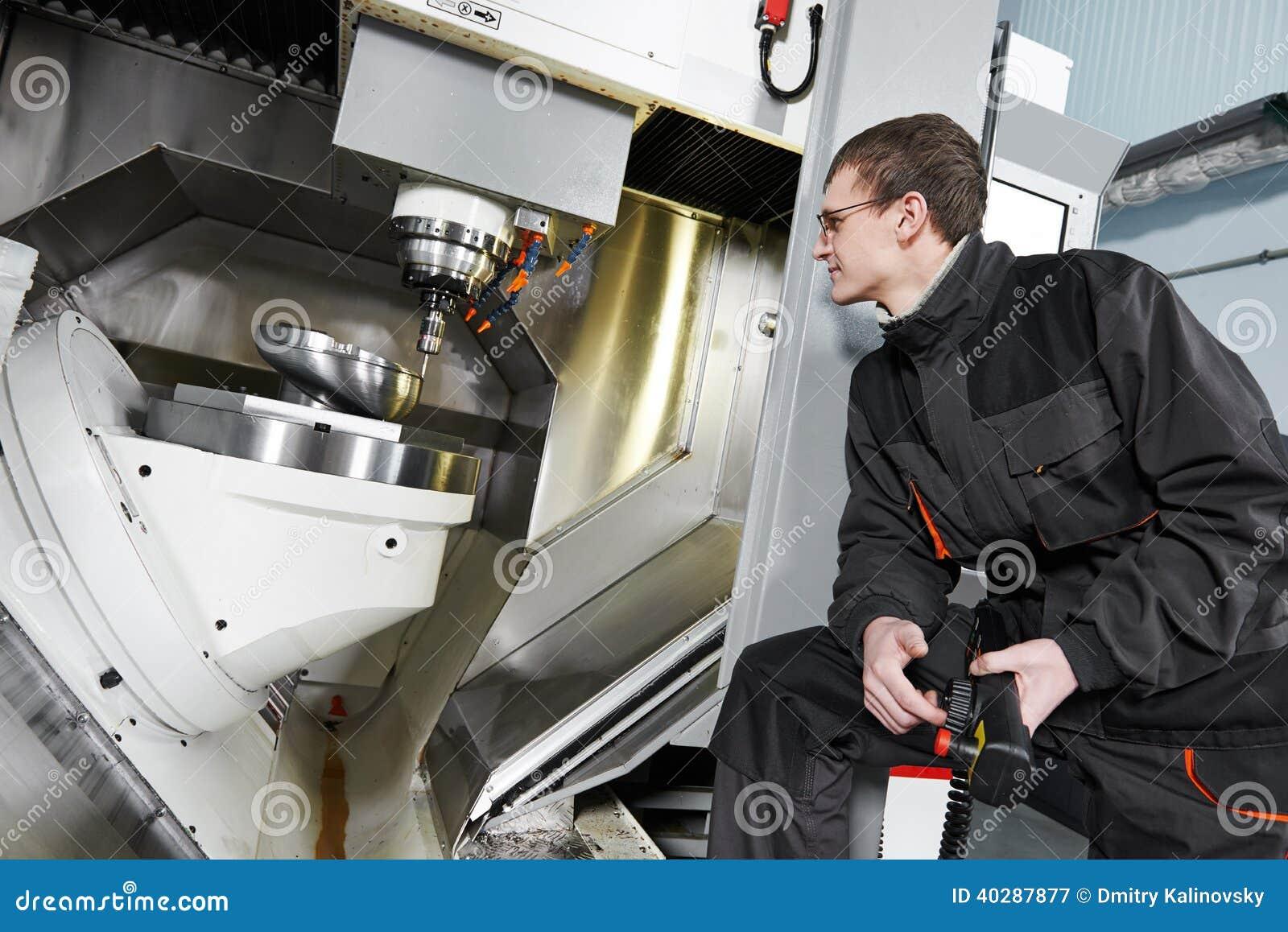 Центр металла работника работая подвергая механической обработке