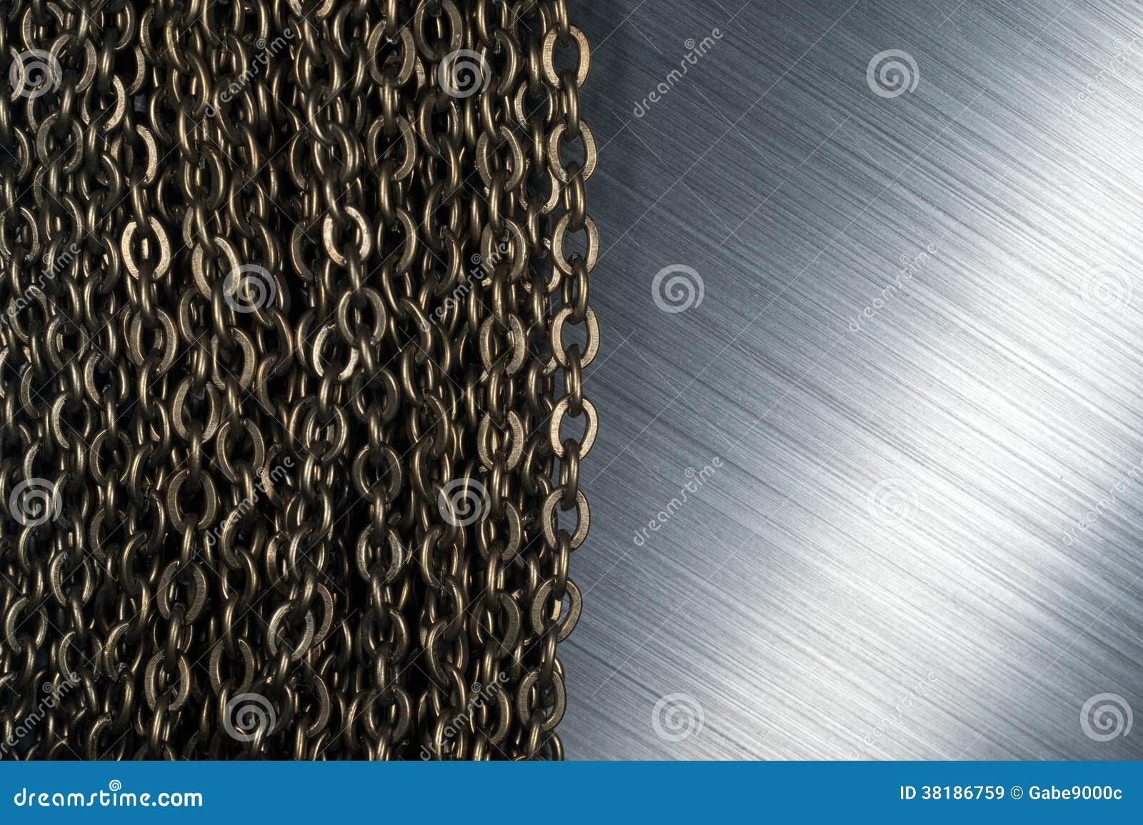 Цепи и почищенный щеткой металл