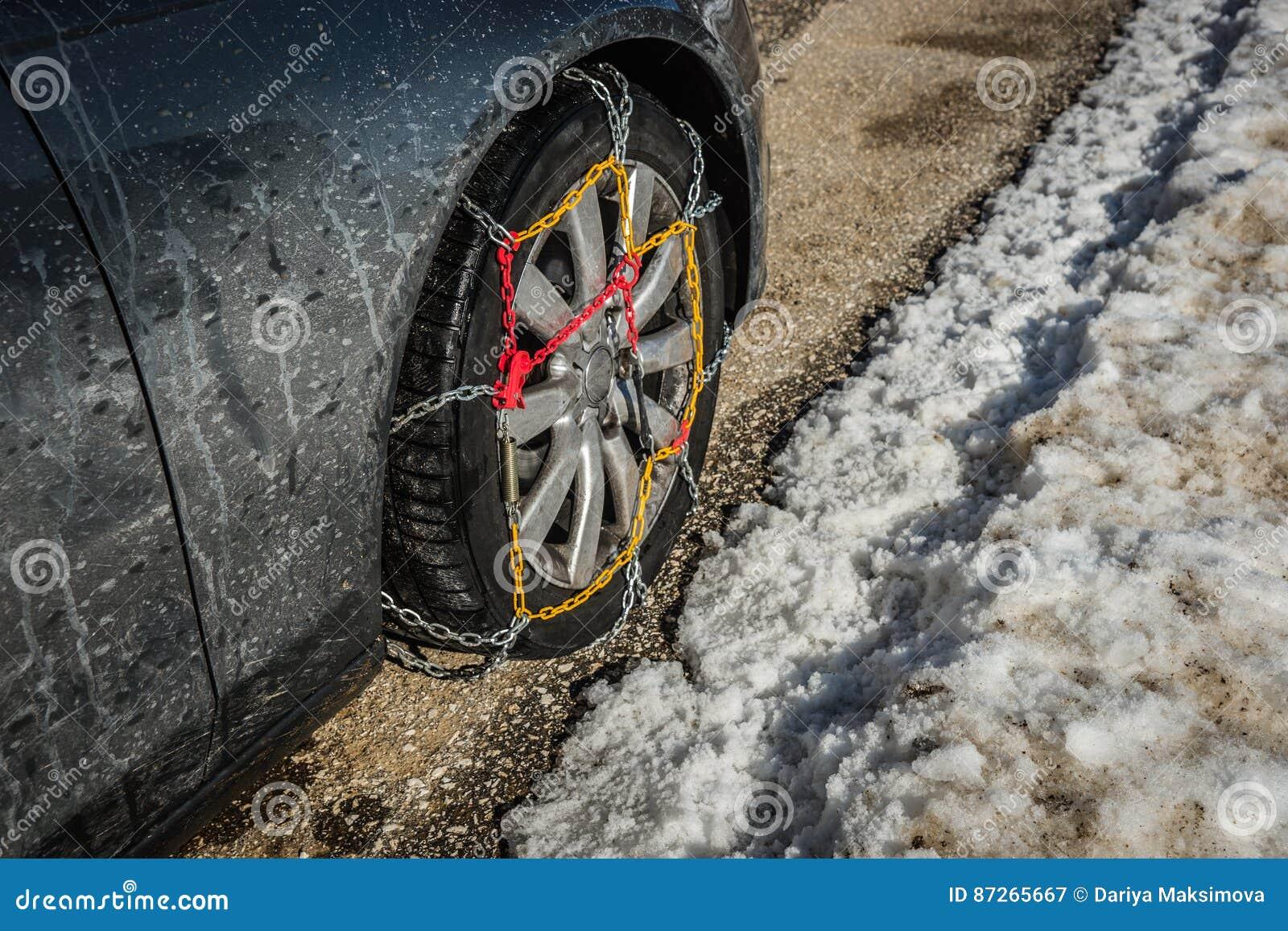 Цепи на weels автомобиля в снежных горах во время зимы