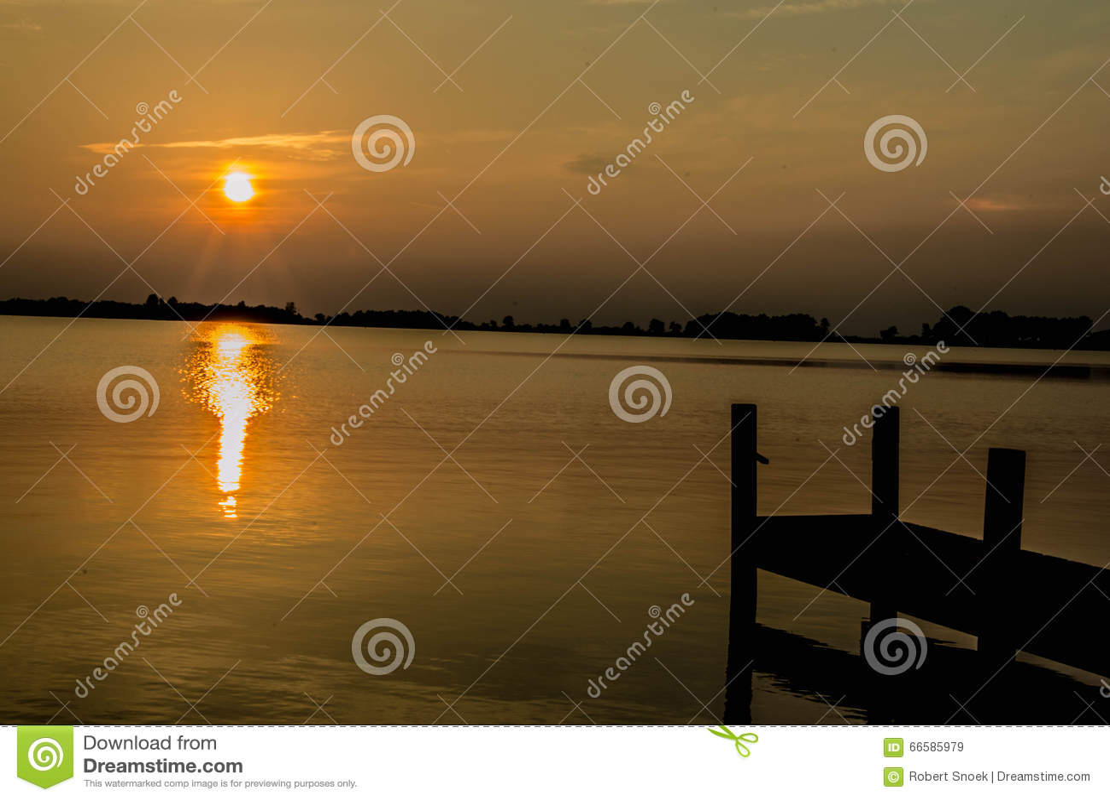 цепь покрывает поверхность США захода солнца неба съемки горизонтальных озер светлую o озера illinois померанцовую
