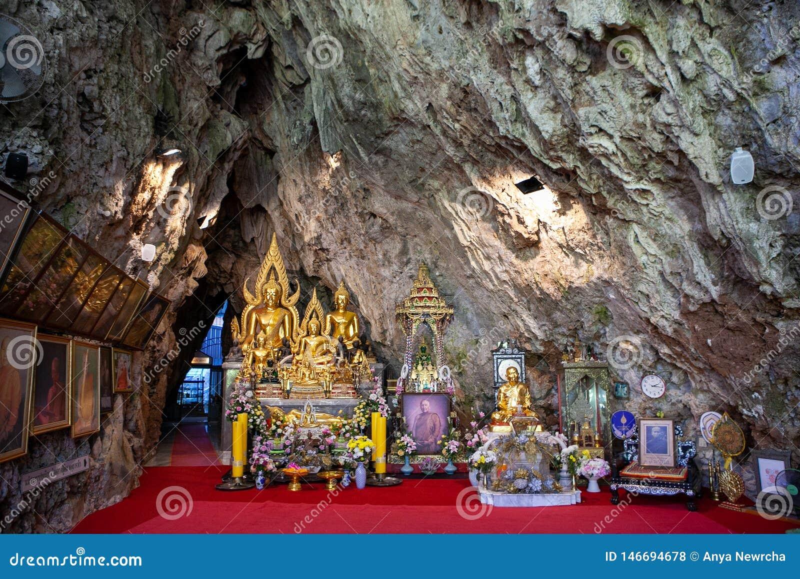 Церемониальные милостыни внутри виска Wat Tham Pha Plong, Chiang Dao, провинции Чиангмая
