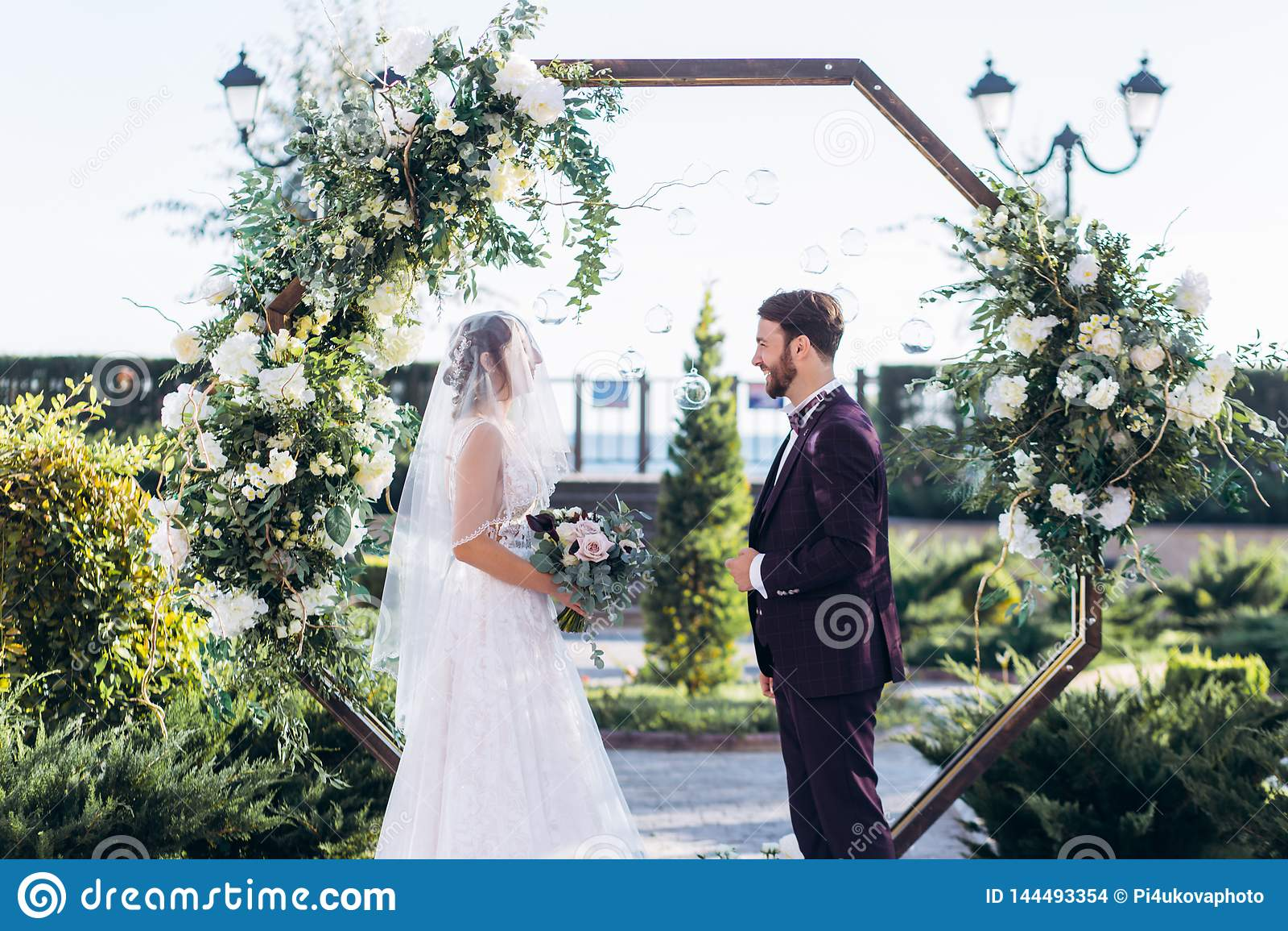 Церемония выхода любовников в гостинице