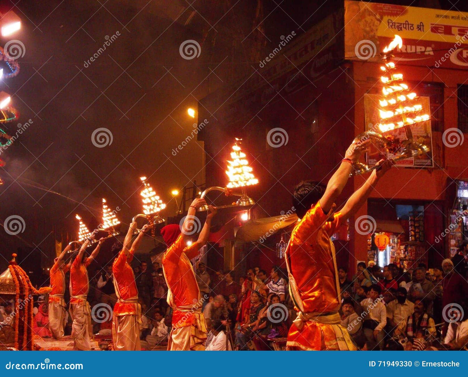 Церемония захода солнца в Священном городе Варанаси в Индии