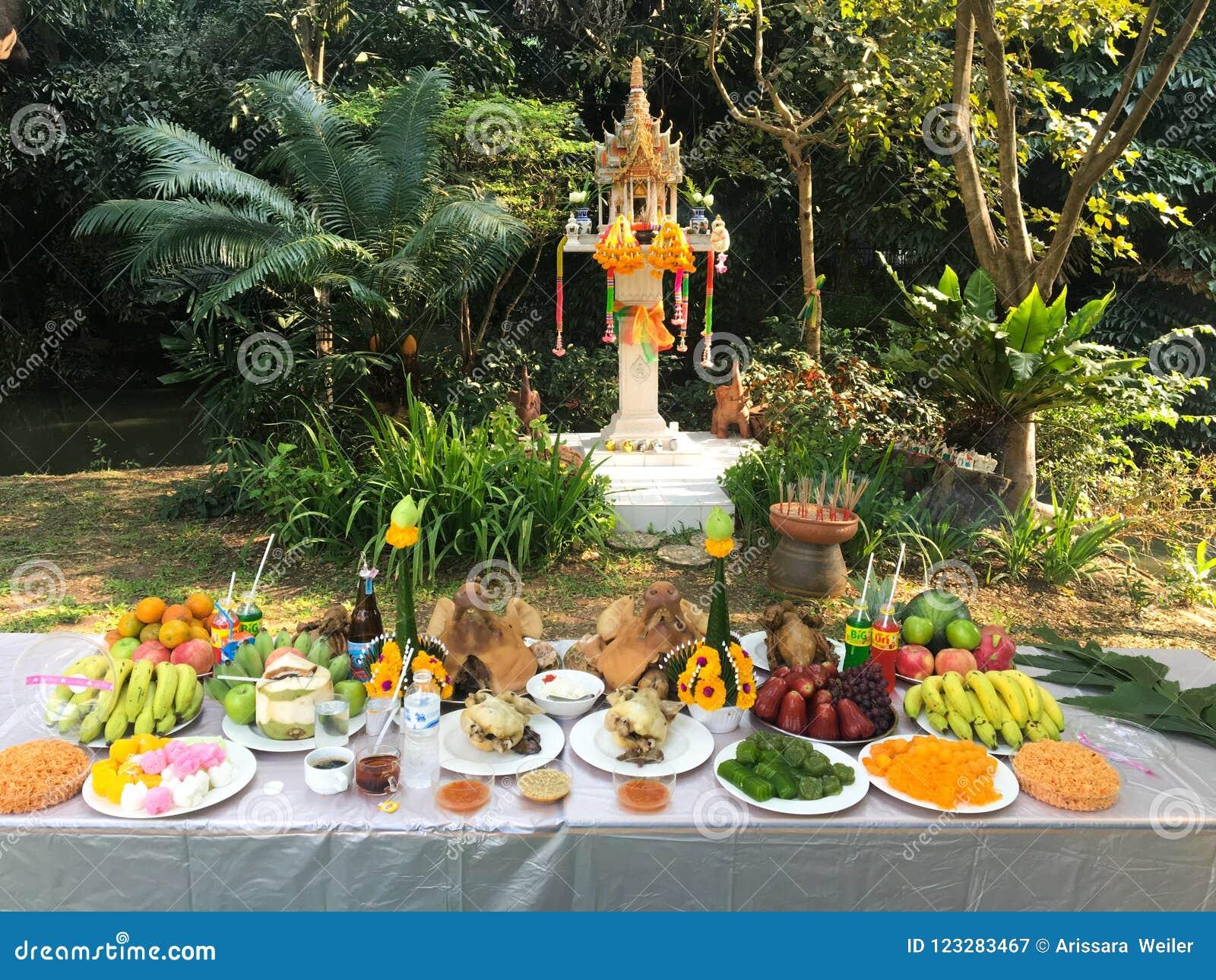 Церемония поклонению дома духа с комплектом еды