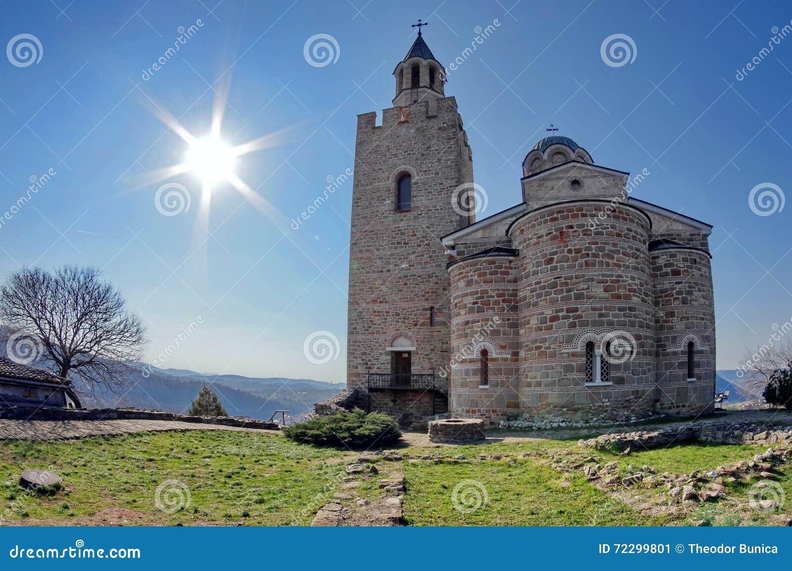 Download Церковь в Tsarevets стоковое изображение. изображение насчитывающей трава - 72299801
