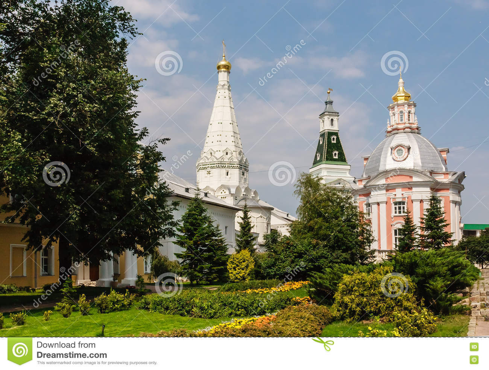 Церковь значка Смоленска матери бога, висок в честь St Zosima и Savvatiy Solovki и калиша возвышаются святейше
