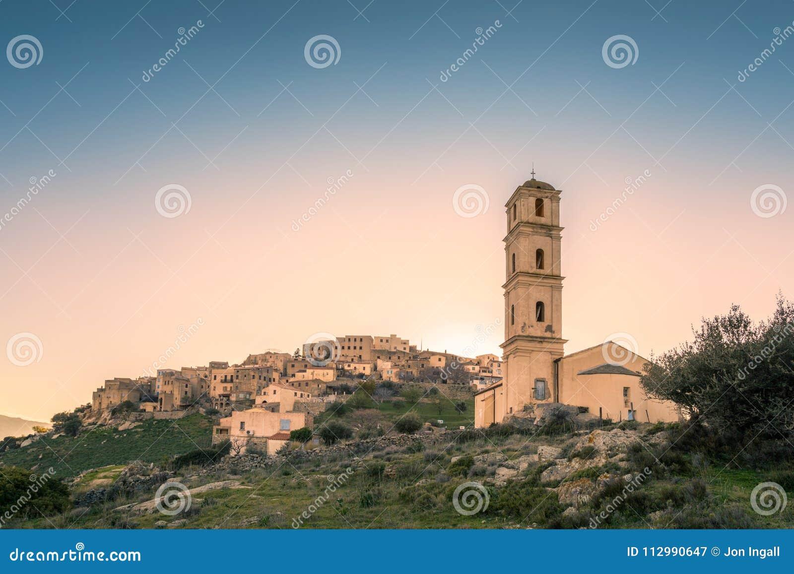 Церковь и деревня Antonino ` Sant в зоне Balagne Корсики