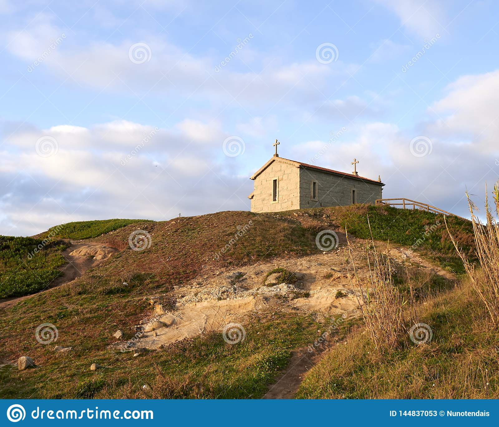 Церковь над холмом отражая свет солнца