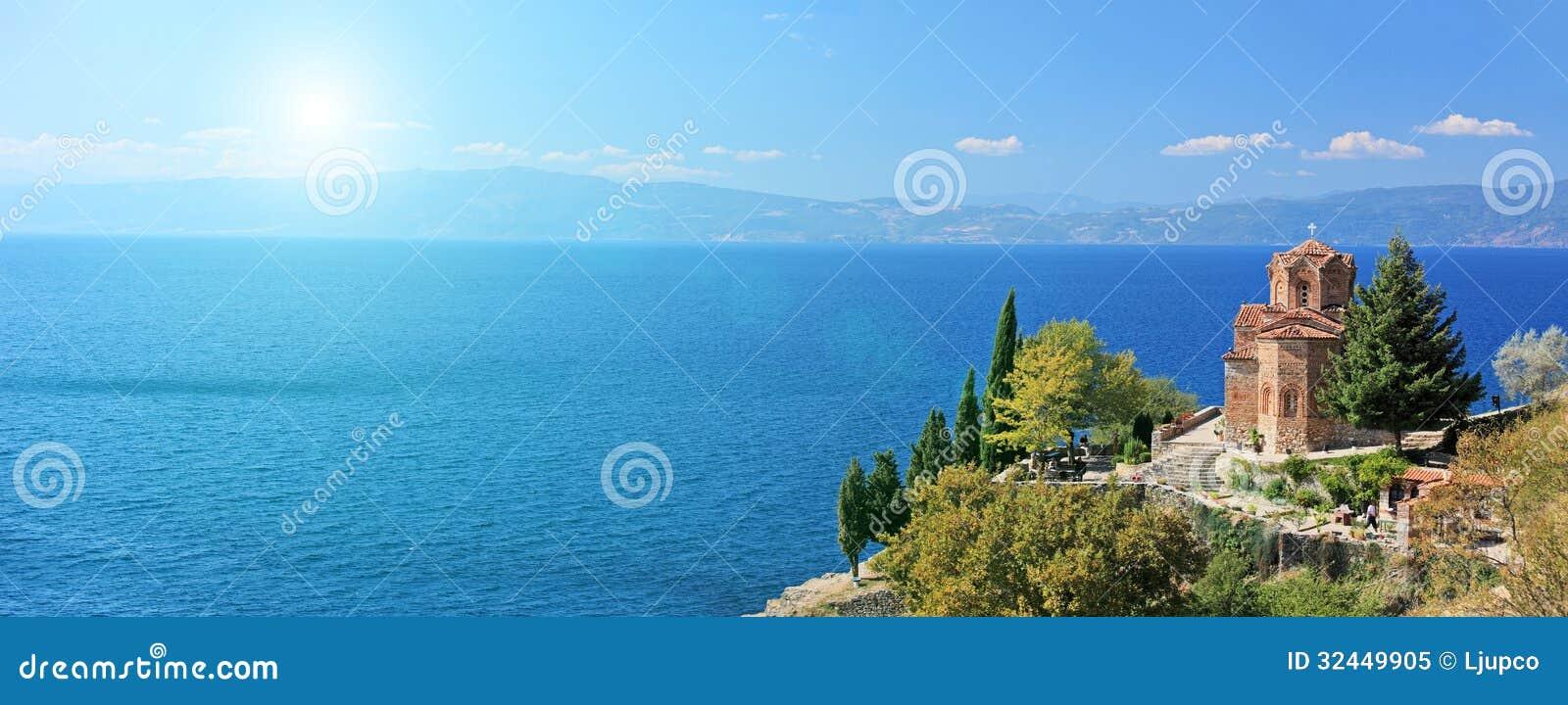 Церковь St. Jovan Kaneo обозревая озеро Ohrid, македонию на su