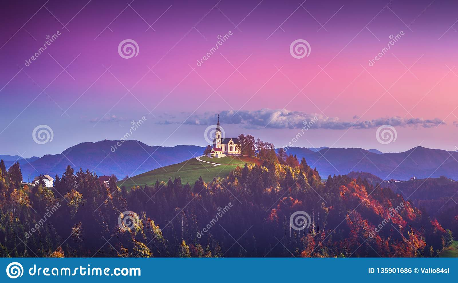 Церковь St Leonard стоит на холме церков около деревни Crni Vrh