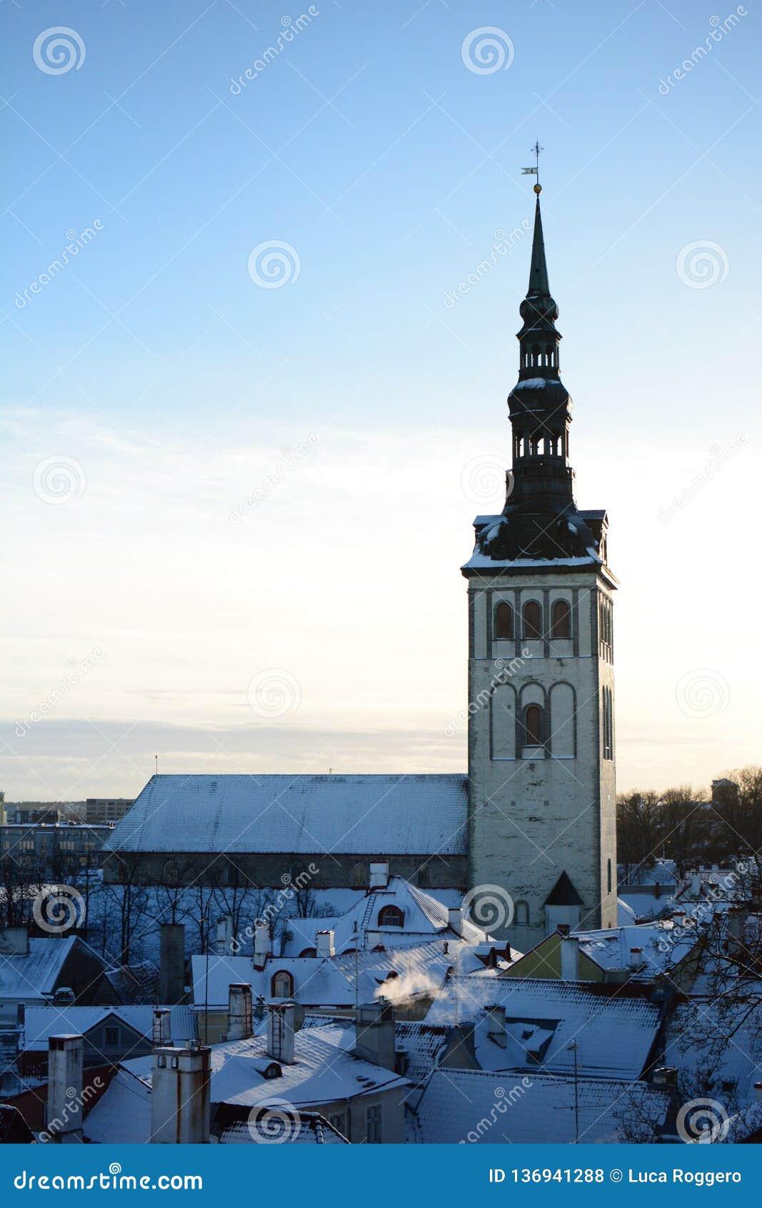 Церковь St Nicholas как увидено от платформы просмотра Kohtuotsa tallinn эстония
