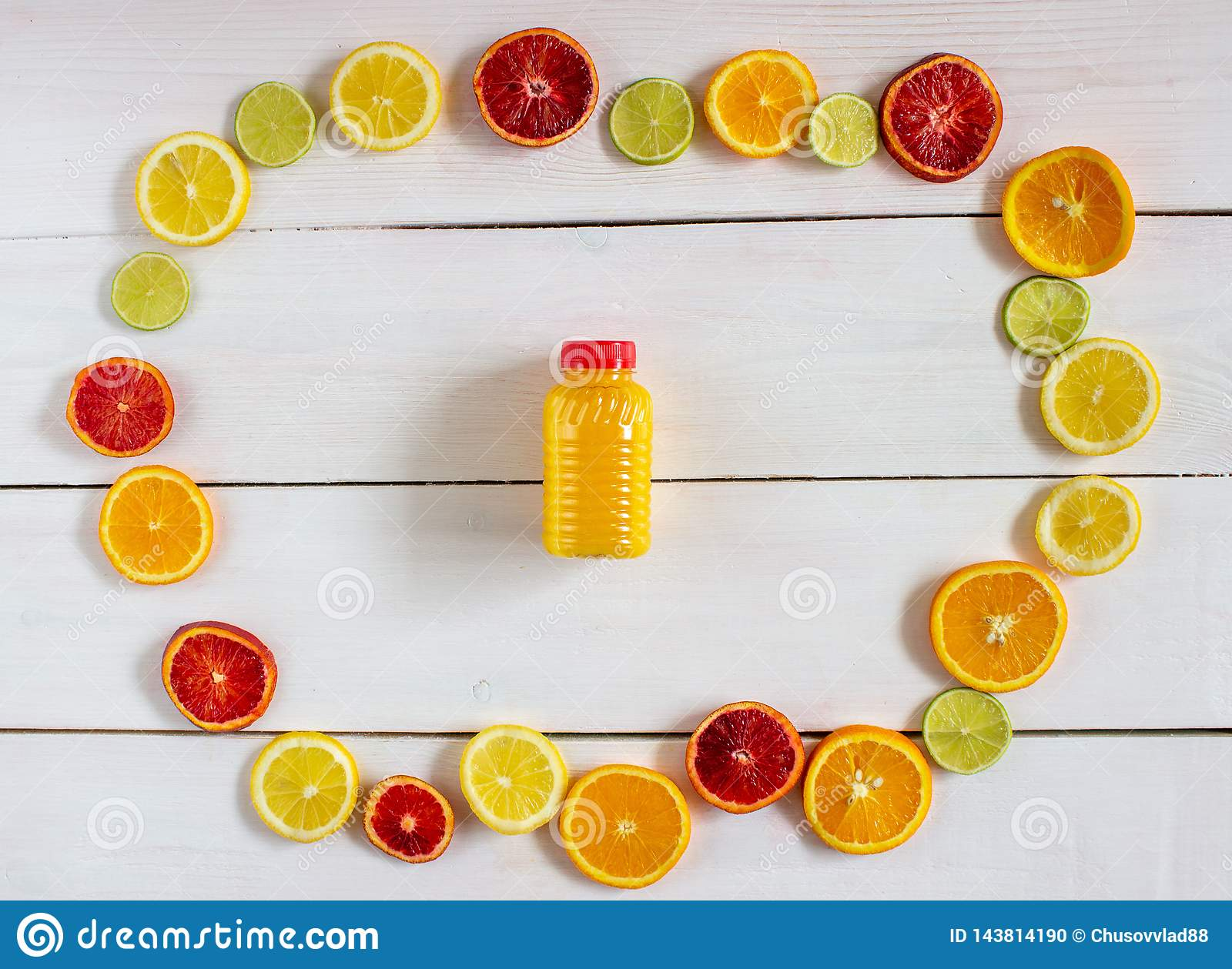 Цитрусовые фрукты и сок на белой деревянной предпосылке