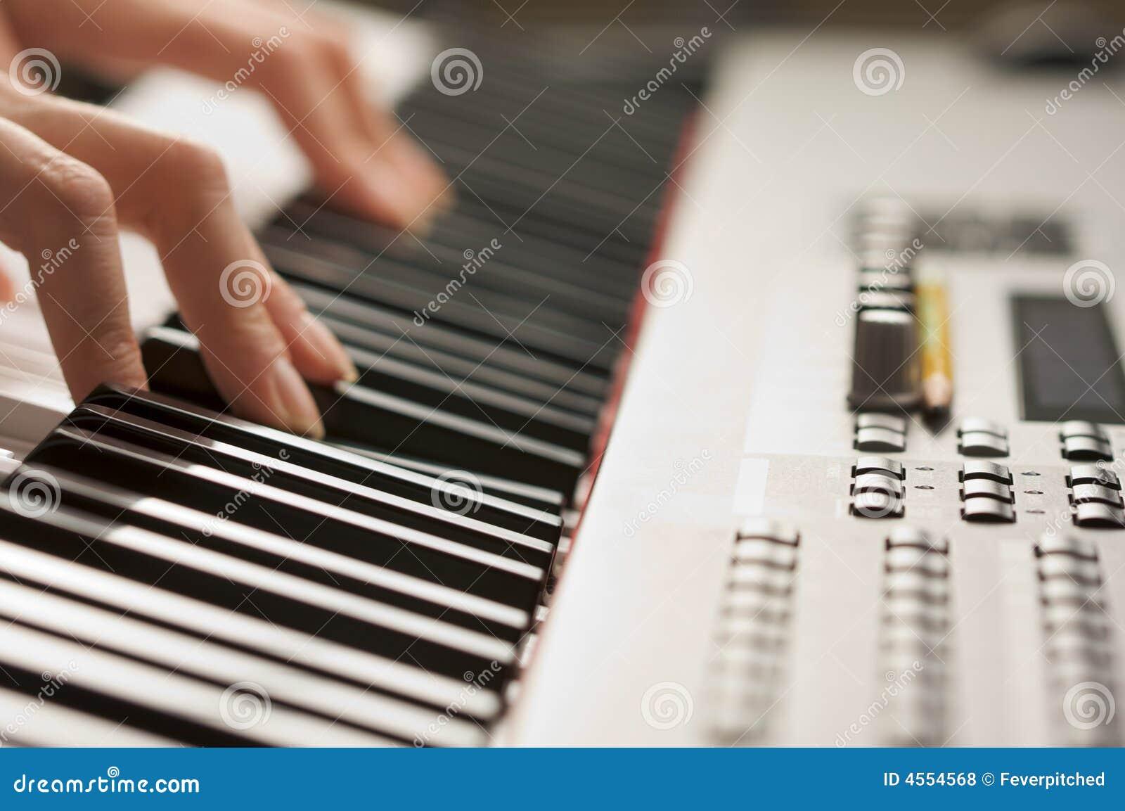 цифровая женщина рояля s ключей перстов