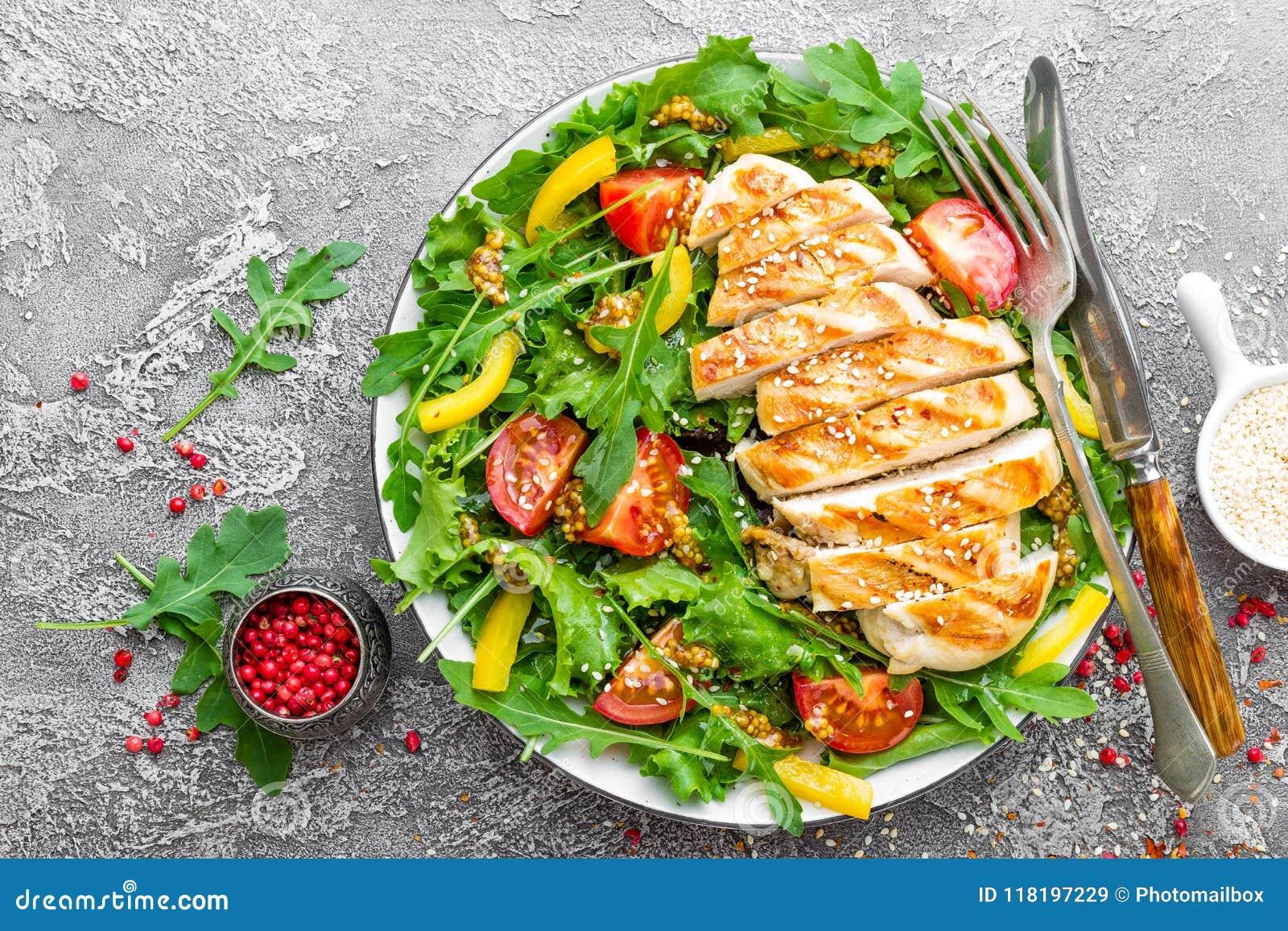 цыпленок шара предпосылки изолировал белизну салата риса частей персика петрушки Салат мяса с свежим томатом, сладостным перцем,
