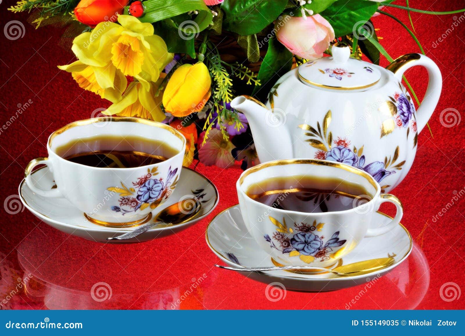 Чаепитие - чай в чашках, чайник, цветки сада на летний день Ежедневный чай очень вкусное, популярный, здоровый, поддерживающ напи