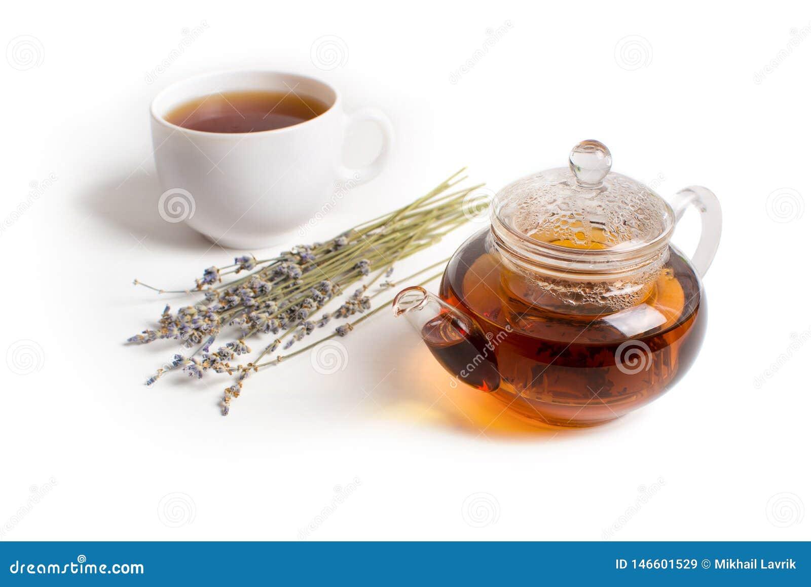 Чайник и лаванда на белой таблице