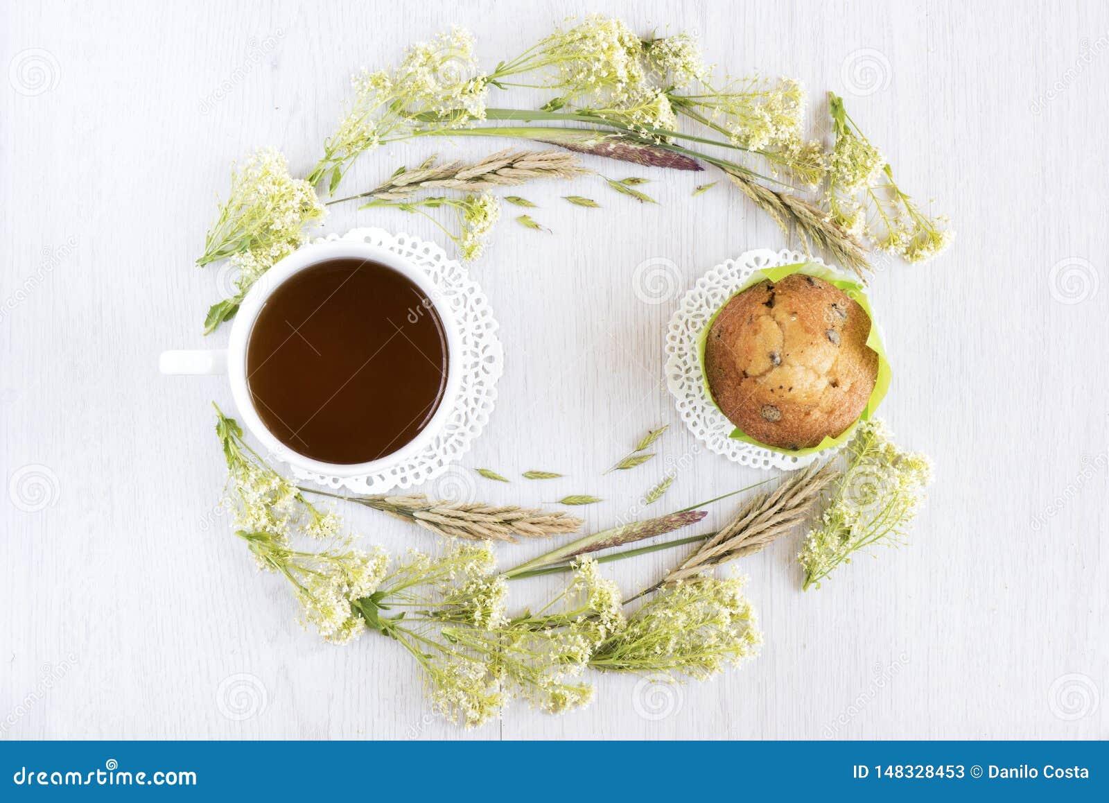 Чай и булочки на белой таблице