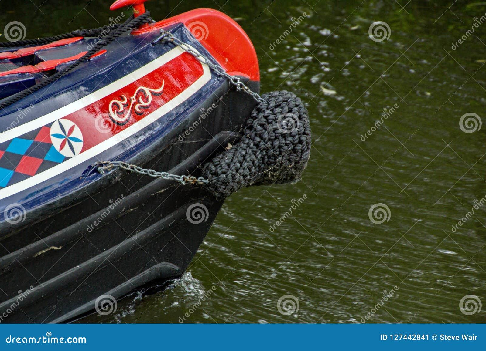 Частично съемка шлюпки канала на реке Stort в Хартфордшире