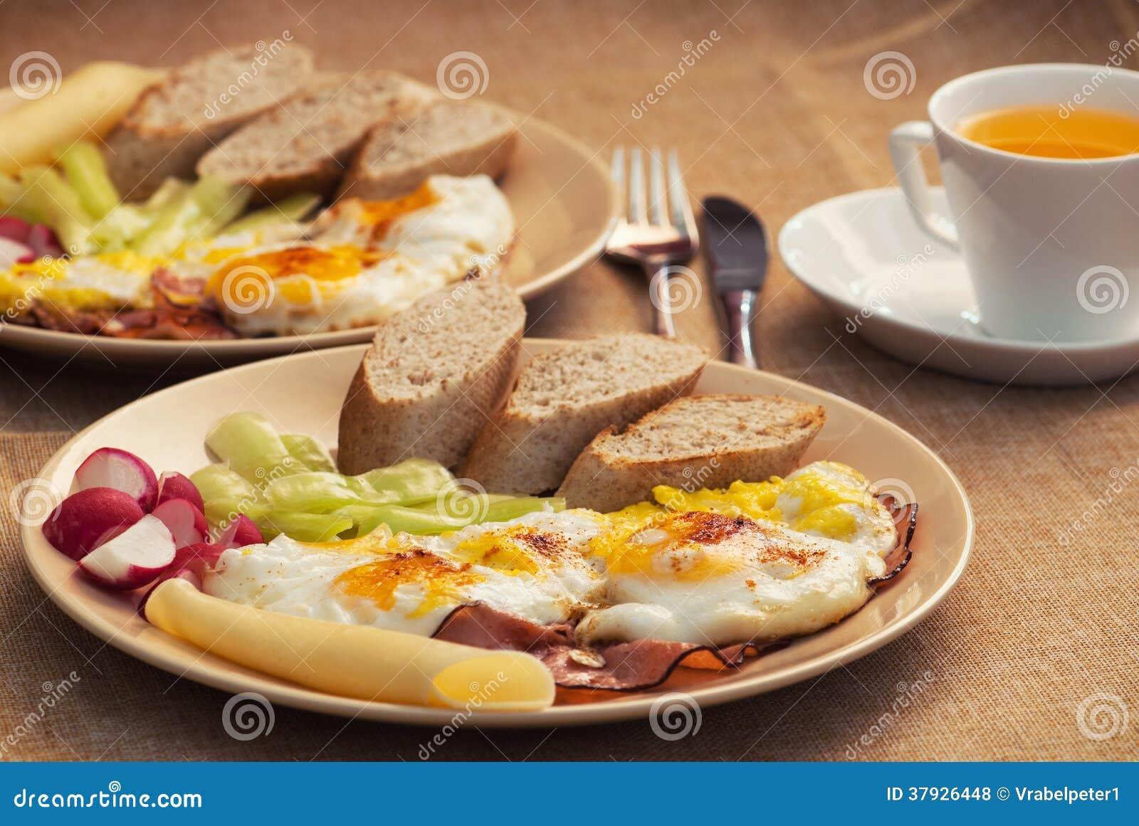2 части ветчины и яичек с хлебом, редиской, сыром и papr