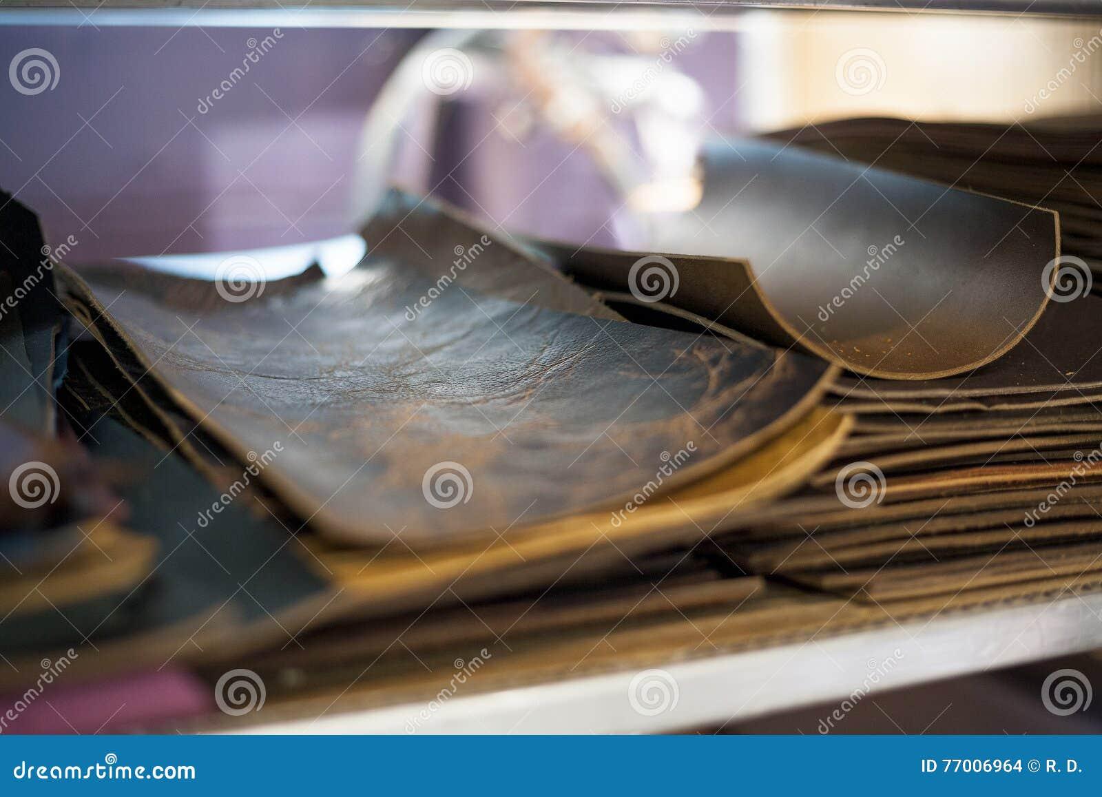 Части отрезка кожаные сидят сортированный и подготавливают для bookbinding
