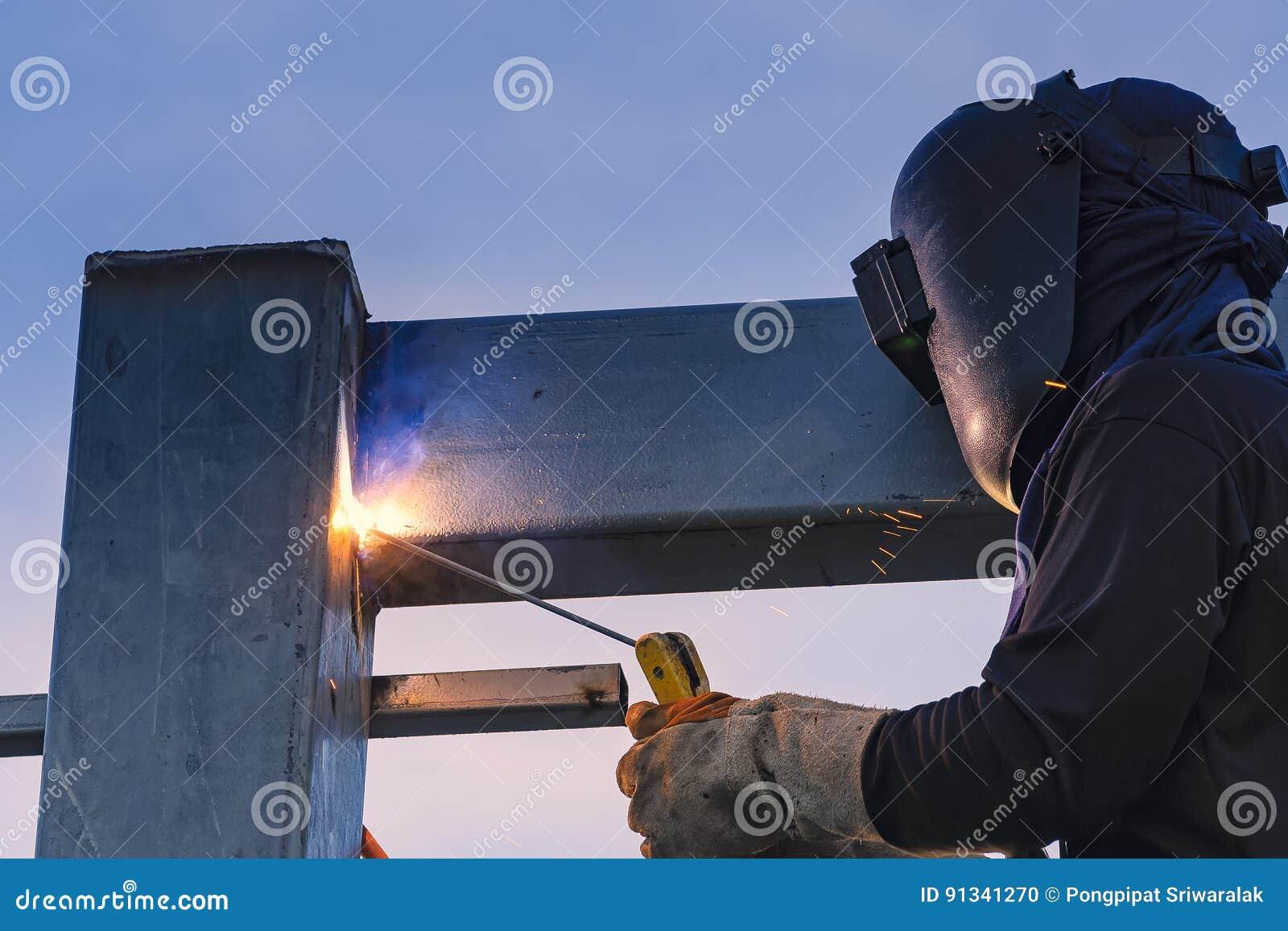 Части работника сваривая конструкции stell