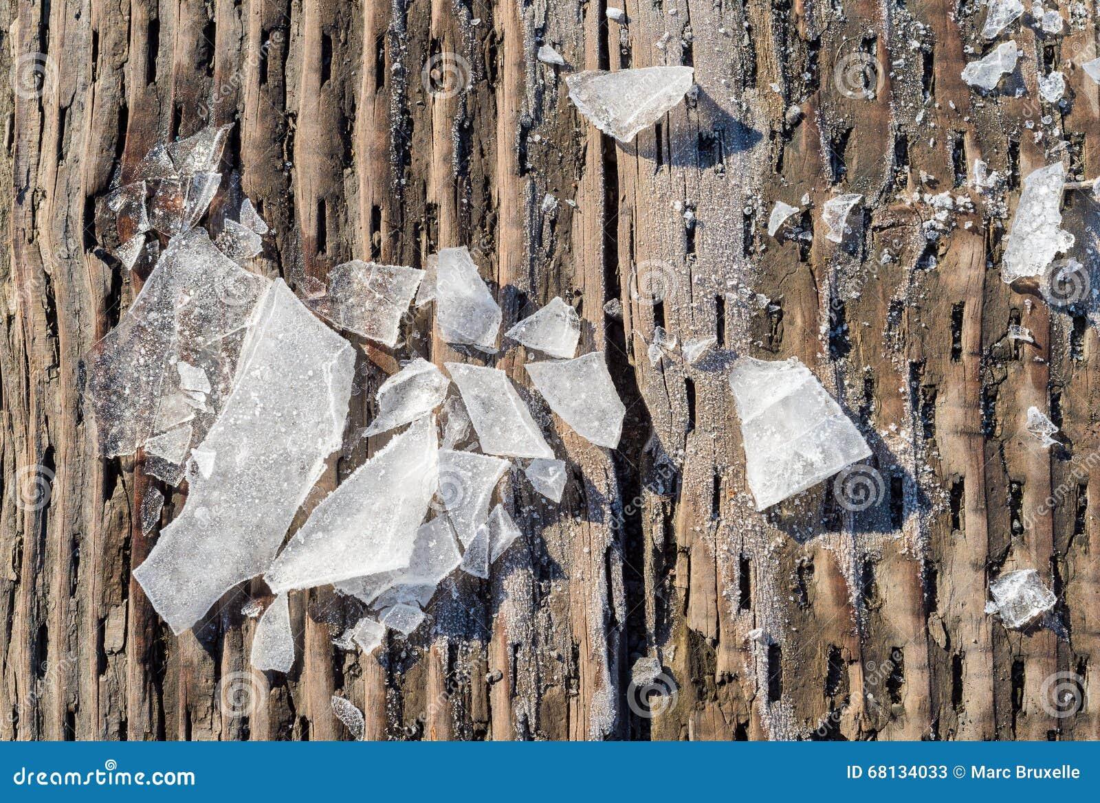 Части разрушенного льда