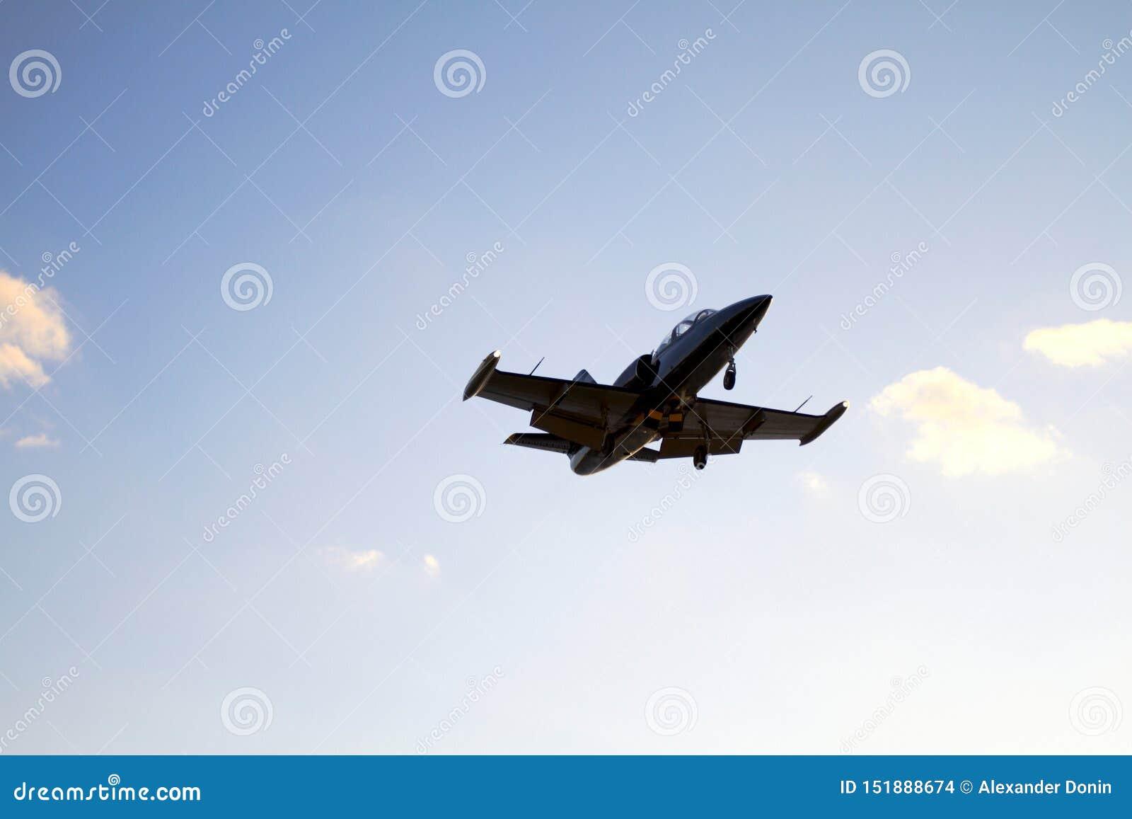 Частная посадка самолета на предпосылке голубого неба