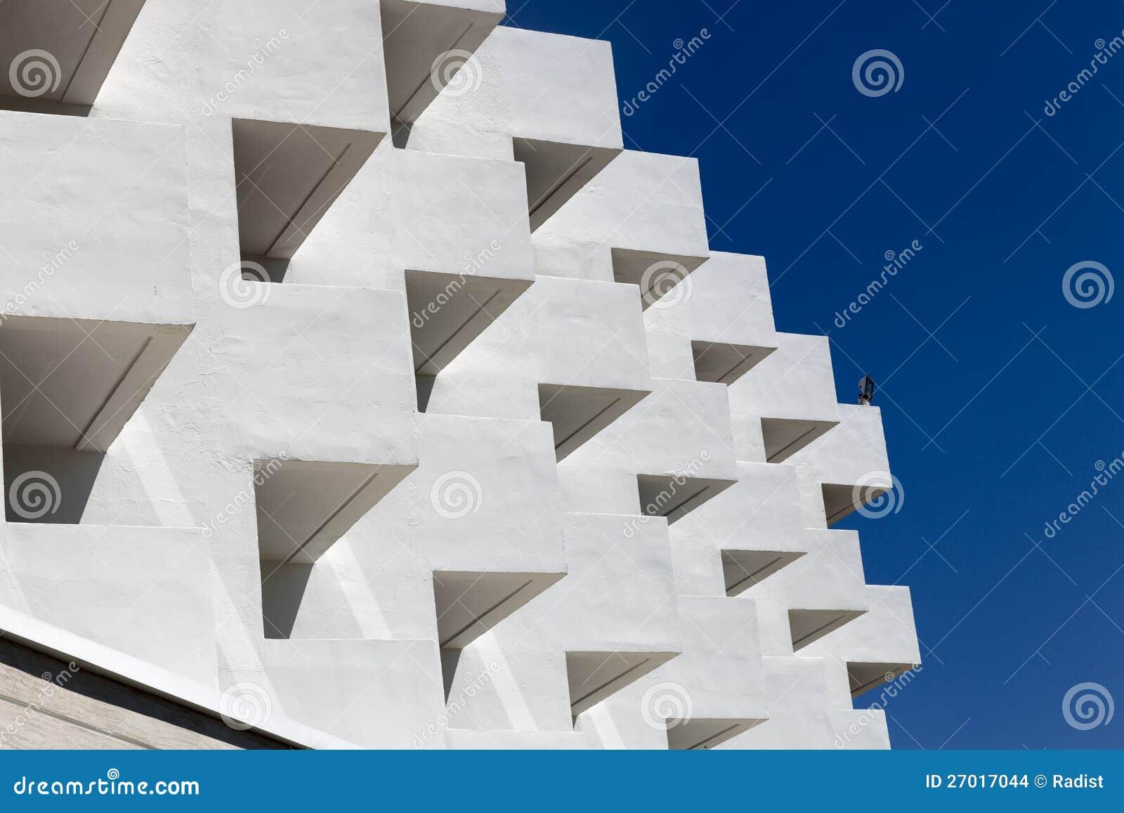 Часть белого здания