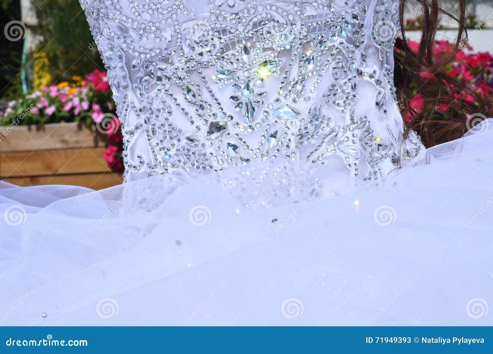 Часть белого платья невесты с вышивкой шариков