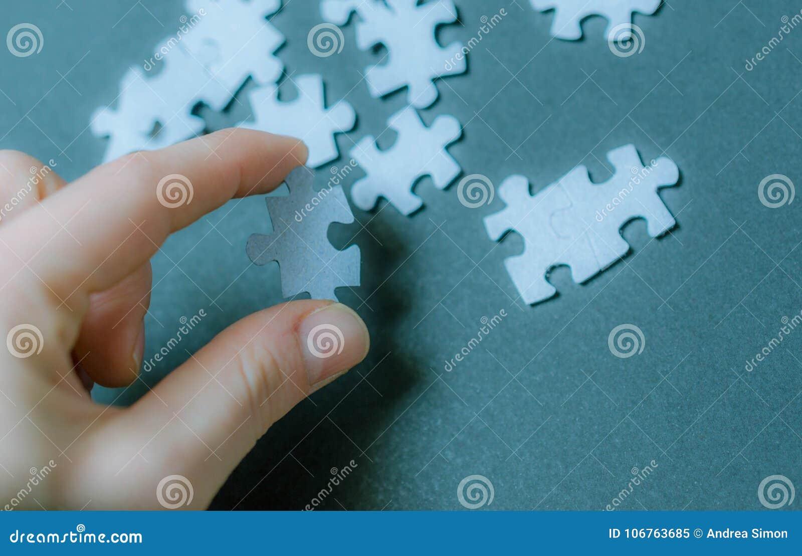 Часть головоломки в руке