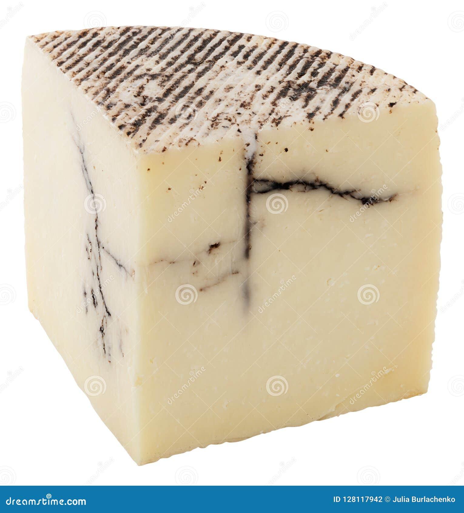 Часть домодельного козий сыра изолированная на белизне