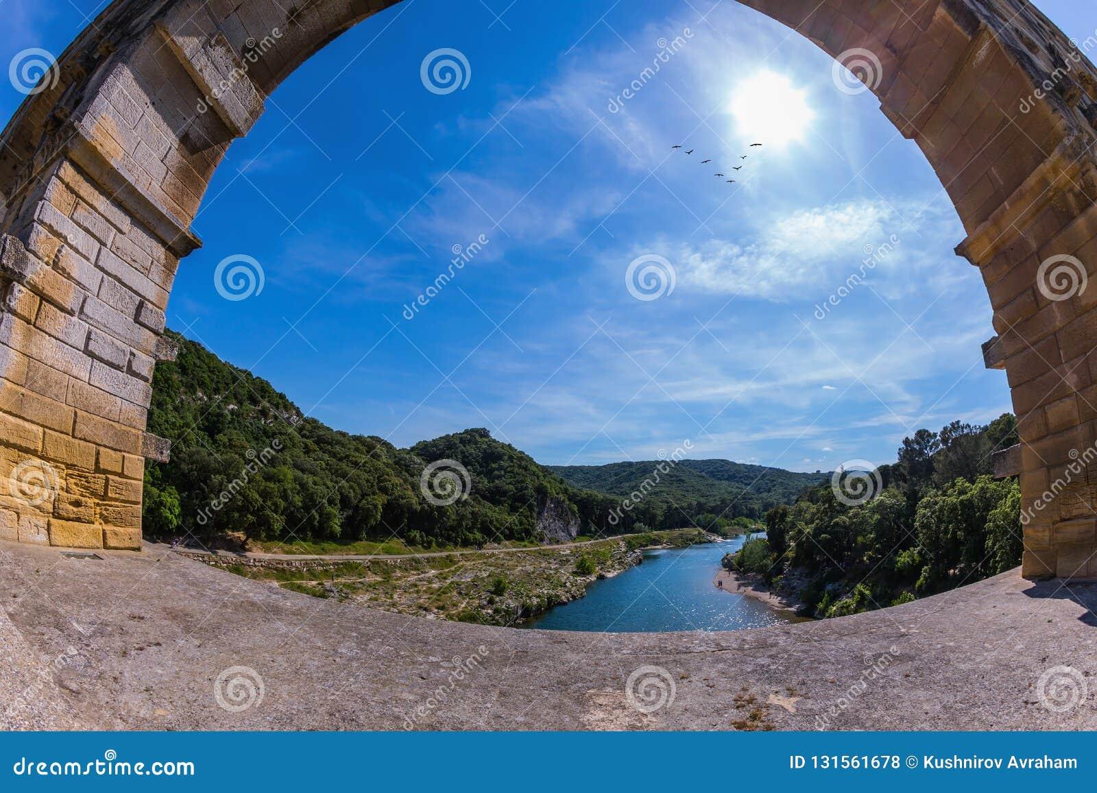 Часть моста Одна пядь моста сфотографированный объектив Fisheye 3-tiered мост-водовод Pont du Гар - самая высокая в Европе