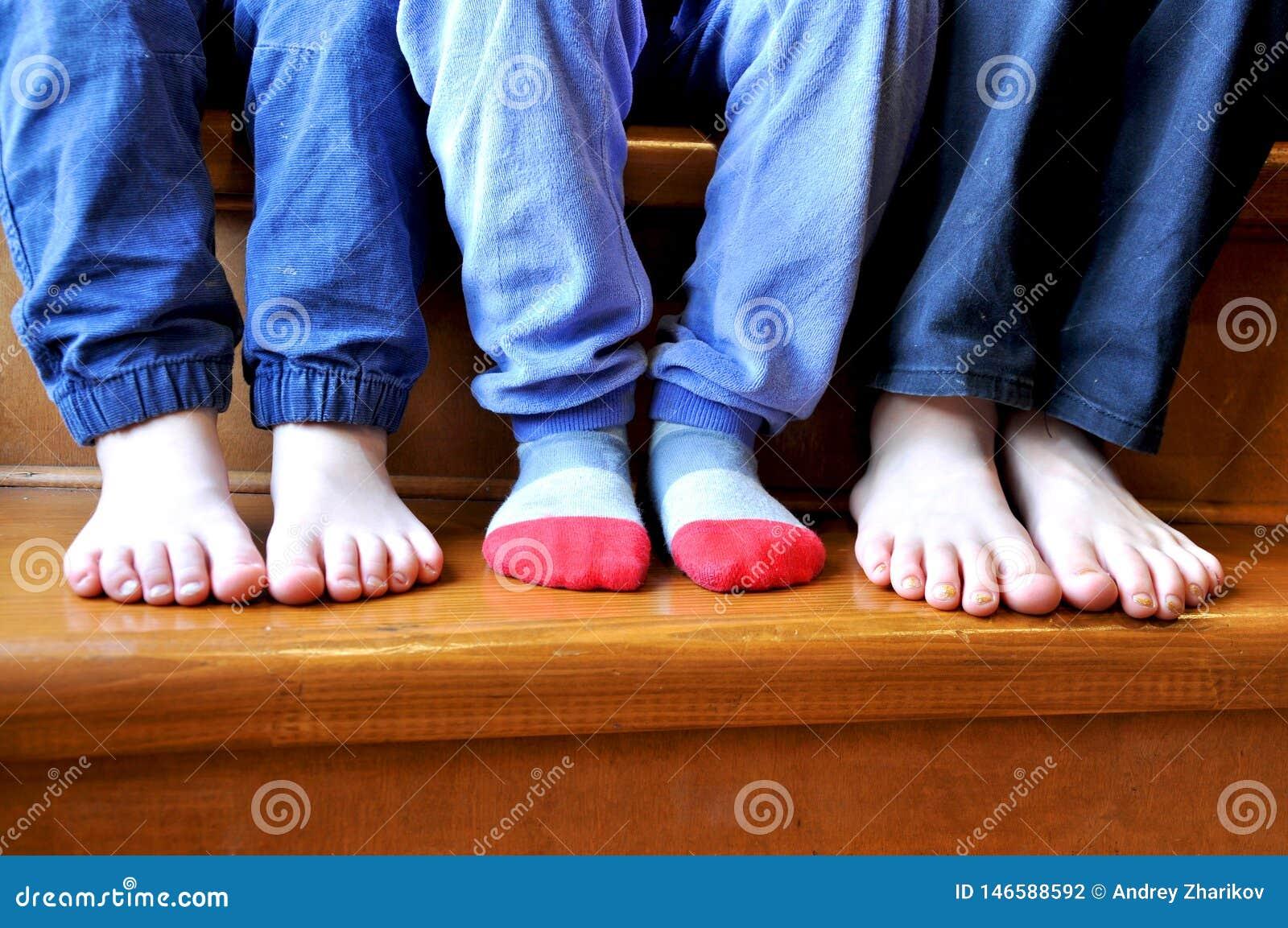 Часть ног 3 детей