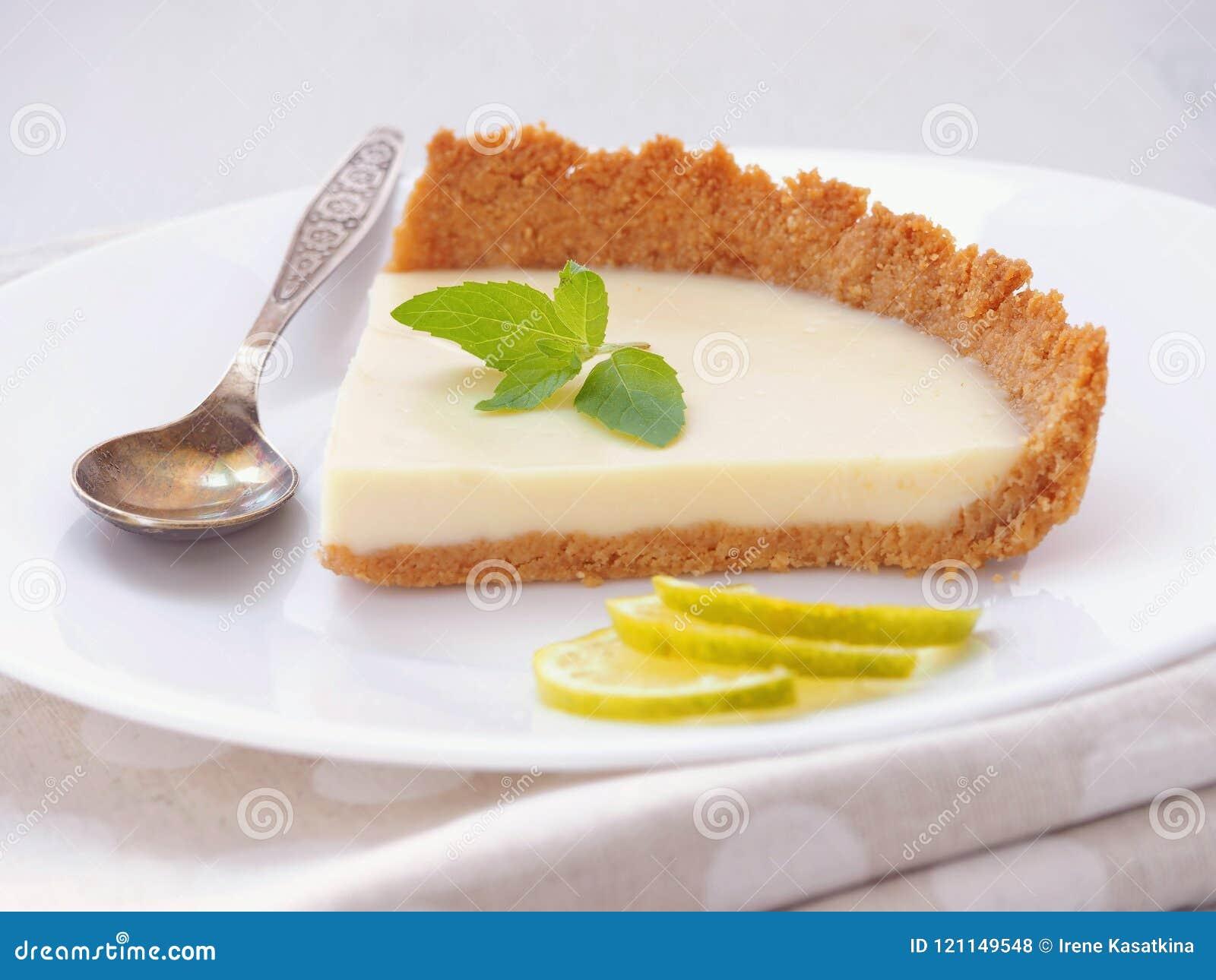 Часть пирога заварного крема с белым шоколадом и ключевой известкой