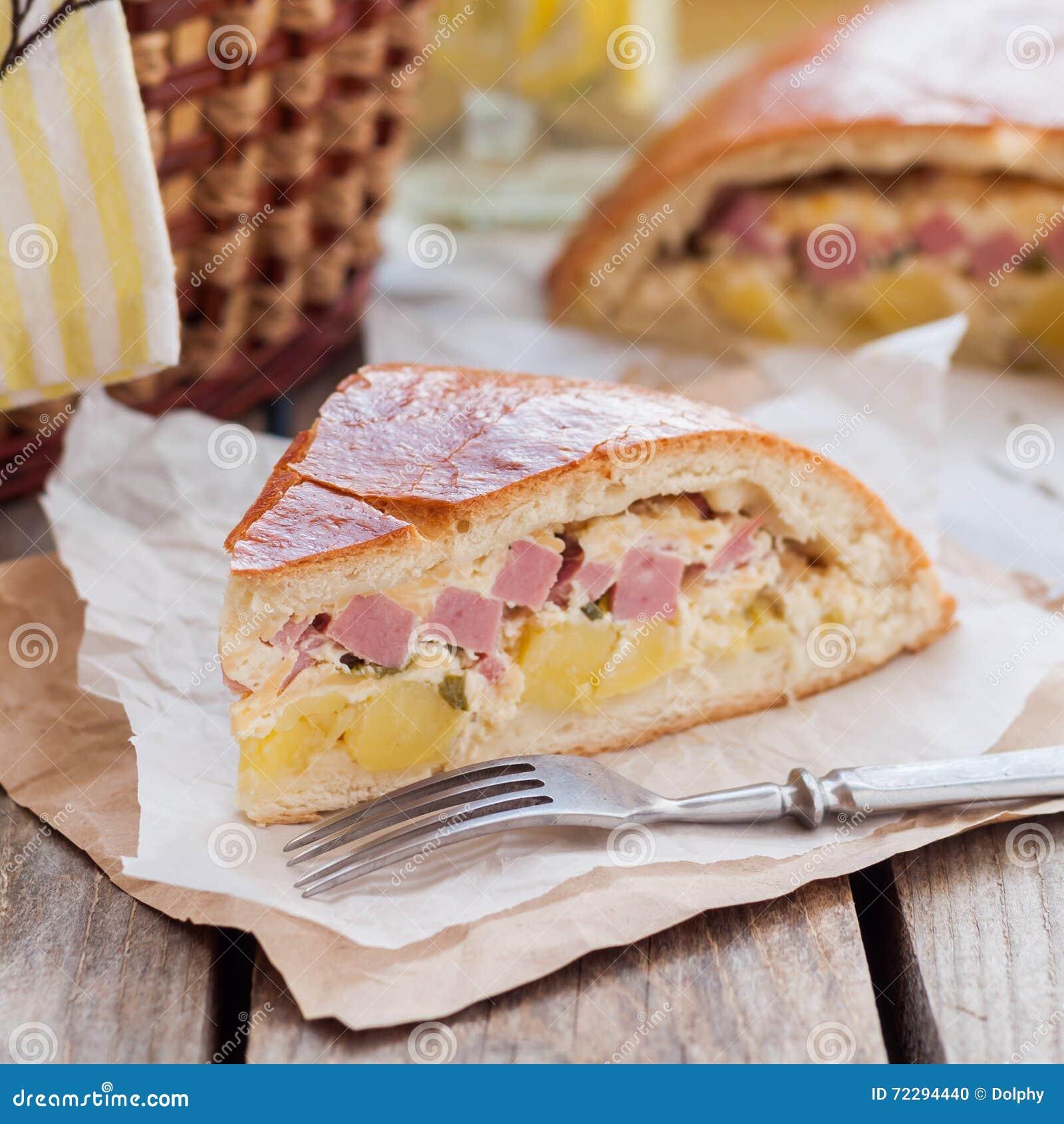 Download Часть пирога картошки, ветчины, сметаны и сыра Стоковое Фото - изображение насчитывающей печенье, лук: 72294440